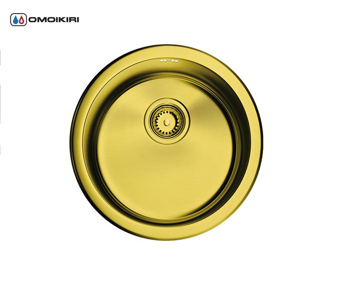 Кухонная мойка из нержавеющей стали OMOIKIRI Toya 45-АB (4993065)Кухонные мойки из нержавеющей стали<br>Кухонная мойка из нержавеющей стали OMOIKIRI Toya 45-АB (4993065)<br><br><br>Японская высококачественная хромоникелевая нержавеющая сталь сPVD покрытием.<br>Матовая полировка, устойчивая к появлению царапин.<br>Упаковка обеспечивает максимально безопасную транспортировку.<br>Мойка комплектуется креплениями для подстольного и врезного монтажа, выпуском и переливом.<br>Шумоподавляющее покрытие состоит из 2-х компонентов: резиновая накладка на дне и специальный противошумный состав.<br><br><br>Комплектация:<br><br>донный клапан;<br>крепления;<br>уплотнительная прокладка.<br><br><br><br><br><br><br>Нержавеющая сталь OMOIKIRI<br>Вся нержавеющая сталь OMOIKIRI соответствует маркировке 18/8. Это аустенитная сталь содержит 18% хрома и 8% никеля, что обеспечивает ее максимальную защиту от коррозии.<br>Нержавеющая сталь OMOIKIRI подвергается уникальной обработке холодом «GOKIN»©, повышающей ее твердость и износостойкость.<br><br><br><br><br><br>PVD- и ORB-покрытия<br>Компания OMOIKIRI активно использует новейшие виды износостойких покрытий — PVD и ORB. Технология PVD заключается в напылении конденсации из паровой (газовой) фазы на исходный материал, что придает продукции твёрдость, стойкость и антиаллергические свойства. ORB-покрытие наделяет смеситель оттенком промасленной бронзы.<br><br><br><br><br><br>Кухонные мойки из нержавеющей стали OMOIKIRI при производстве проходят три этапа контроля качества:<br><br>контроль состава нержавеющей стали на соответствие стандартам содержания цветных металлов и указанной маркировке;<br>проверка качества металлических заготовок перед производством;<br>контроль качества изделий на всех этапах производства.<br><br><br><br><br><br>Руководство по монтажу<br><br><br><br>Официальный сертифицированный продавец OMOIKIRI™<br>