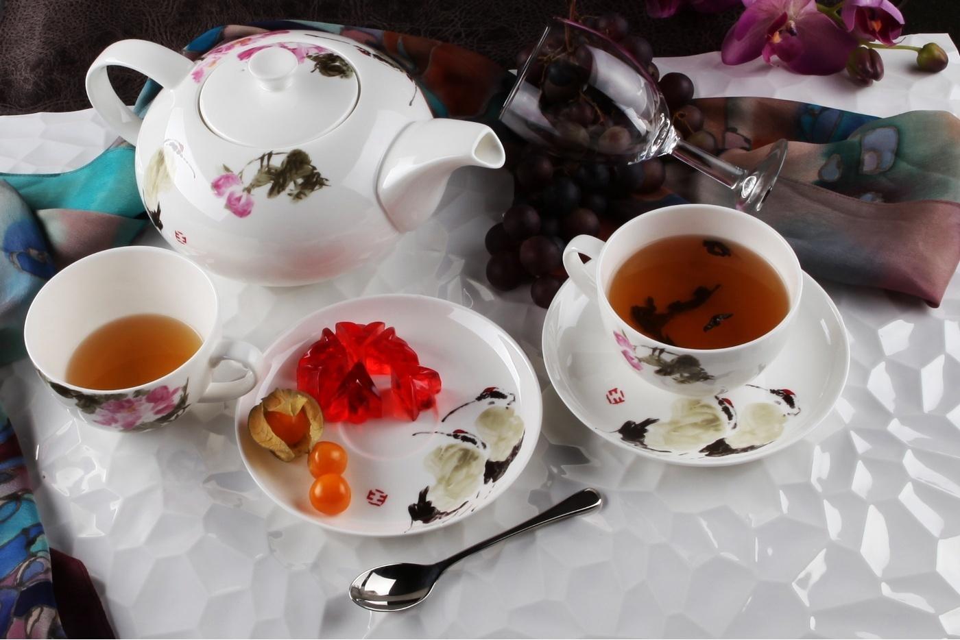 Чайный сервиз Royal Aurel Дикая роза арт.140, 13 предметовЧайные сервизы<br>Чайный сервиз Royal Aurel Дикая роза арт.140, 13 предметов<br><br><br><br><br><br><br><br><br><br><br>Чашка 300 мл,6 шт.<br>Блюдце 15 см,6 шт.<br>Чайник 1300 мл<br><br><br><br><br><br><br>Производить посуду из фарфора начали в Китае на стыке 6-7 веков. Неустанно совершенствуя и селективно отбирая сырье для производства посуды из фарфора, мастерам удалось добиться выдающихся характеристик фарфора: белизны и тонкостенности. В XV веке появился особый интерес к китайской фарфоровой посуде, так как в это время Европе возникла мода на самобытные китайские вещи. Роскошный китайский фарфор являлся изыском и был в новинку, поэтому он выступал в качестве подарка королям, а также знатным людям. Такой дорогой подарок был очень престижен и по праву являлся элитной посудой. Как известно из многочисленных исторических документов, в Европе китайские изделия из фарфора ценились практически как золото. <br>Проверка изделий из костяного фарфора на подлинность <br>По сравнению с производством других видов фарфора процесс производства изделий из настоящего костяного фарфора сложен и весьма длителен. Посуда из изящного фарфора - это элитная посуда, которая всегда ассоциируется с богатством, величием и благородством. Несмотря на небольшую толщину, фарфоровая посуда - это очень прочное изделие. Для демонстрации плотности и прочности фарфора можно легко коснуться предметов посуды из фарфора деревянной палочкой, и тогда мы услушим характерный металлический звон. В составе фарфоровой посуды присутствует костяная зола, благодаря чему она может быть намного тоньше (не более 2,5 мм) и легче твердого или мягкого фарфора. Безупречная белизна - ключевой признак отличия такого фарфора от других. Цвет обычного фарфора сероватый или ближе к голубоватому, а костяной фарфор будет всегда будет молочно-белого цвета. Характерная и немаловажная деталь - это невесомая прозрачность изделий из фарфора такая, что сквозь него проходит св