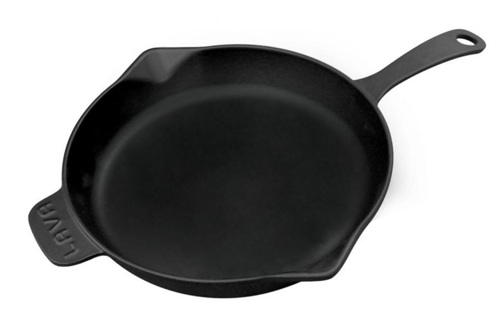 Литая чугунная сковорода LAVA ECO 28см LVECOYTV28Сковороды<br>Литая чугунная сковорода LAVA ECO 28см LVECOYTV28<br><br>Вся Продукция LAVA может использоваться со всеми источниками нагрева включая индукцию, углевые и древесные печи.<br>Благодаря высокотехнологичной эмалировке посуда моется легко и быстро. Всю Продукцию LAVA можно мыть в посудомоечной машине.<br>На производстве LAVA Турция используется электрофорезная технология покрытия 4-х слойной эмалью, имеющаяся лишь на нескольких производствах в мире.<br>Наносится 4 слоя эмали: <br><br>1-ый слой сохраняет посуду от коррозии и образует идеальную поверхность. <br>2-ой слой черной эмали препятствует прилипанию, поддерживает устойчивость к царапинам. <br>3-ий и 4-ый слои эмали сохраняют поверхность от внешних факторов и придают посуде эстетичный внешний вид.<br><br>Сковороды и кастрюли «LAVA» тяжелые и имеют толстое дно в соответствии с международными стандартами. Дно сковород и кастрюль «LAVA» имеет толщину 5 мм, а стенки 4 мм, что способствует равномерному приготовлению еды со всех сторон. <br>Важным фактором в приготовлении является температура разогревания сковороды или кастрюли. В этом смысле литейному чугуну нет равных. А благодаря специальному дизайну крышек кастрюль «LAVA», пар от готовящихся блюд не выходит наружу, сгущается и вновь смешивается с блюдом.<br>Сковороды и кастрюли «LAVA» можно использовать для приготовления всех видов блюд: супы, гриль, каши, запеканки, сладости, кексы и торты, а также хлеб и множество других видов блюд. <br>Чугун «LAVA» идеально подходит для приготовления любых блюд из мяса и овощей, различные рагу и запеканки. Все блюда получаются исключительно вкусными.Благодаря более долгому удержанию температуры посуда «LAVA» способствует экономии энергии.<br>