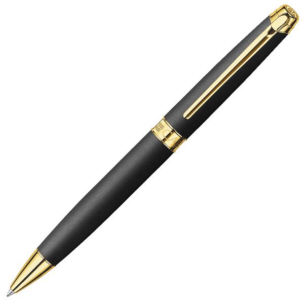 Carandache Leman - Black Matte GP, шариковая ручка, FLeman<br>LMAN - Black Matte GP<br>Современный, модный и совершенно очаровательный черный матовый оттенок использует все свои достоинства в коллекции Lman Black Matte GP.<br>Благодаря использованию стандартных стержней всемирно известной марки Caran d'Ache Goliath шариковой ручки Leman Black Matt хватит на 600 страниц формата A4.<br>Особенности:<br>• Диаметр: 11,3 мм.<br>• Длина: 13,5 см.<br>• Используются стандартные стержни Goliath для шариковых ручек Caran dAche<br>• Производство: Швейцария.<br><br>Упаковка<br>Письменные принадлежности предлагаются в высококачественной упаковке серебристых, черных и ониксовых оттенков, подчеркивающих серебристый логотипCaran dAche. Эта целостность характерна для фирменного стиля, поддерживаемого домомCaran dAche на протяжении многих поколений.<br><br>О брендеCaran dAche<br>Уже почти целый век, следуя традициям и секретам швейцарских фабрик,Caran dAche приближает к совершенству свои письменные принадлежности и палитры цветов.<br>Надежные, точные и драгоценные, они обрели международное признание, объединив в себе творческое начало, благородство материалов и изысканность.<br>Собственный стиль и независимый дух ведут женевские мастерские по пути самобытности, следую при этом строжайшим этическим нормам.<br>Письменные принадлежностиCaran dAche проверяются, контролируются и тестируются на каждом этапе производства. На выходе из женевских мастерских они находятся в идеальном состоянии и защищены гарантией от любых производственных дефектов. Эта международная гарантия подтверждается сертификатом, прилагаемым к изделию.<br><br>Видео:Caran dAche 100 лет!<br>