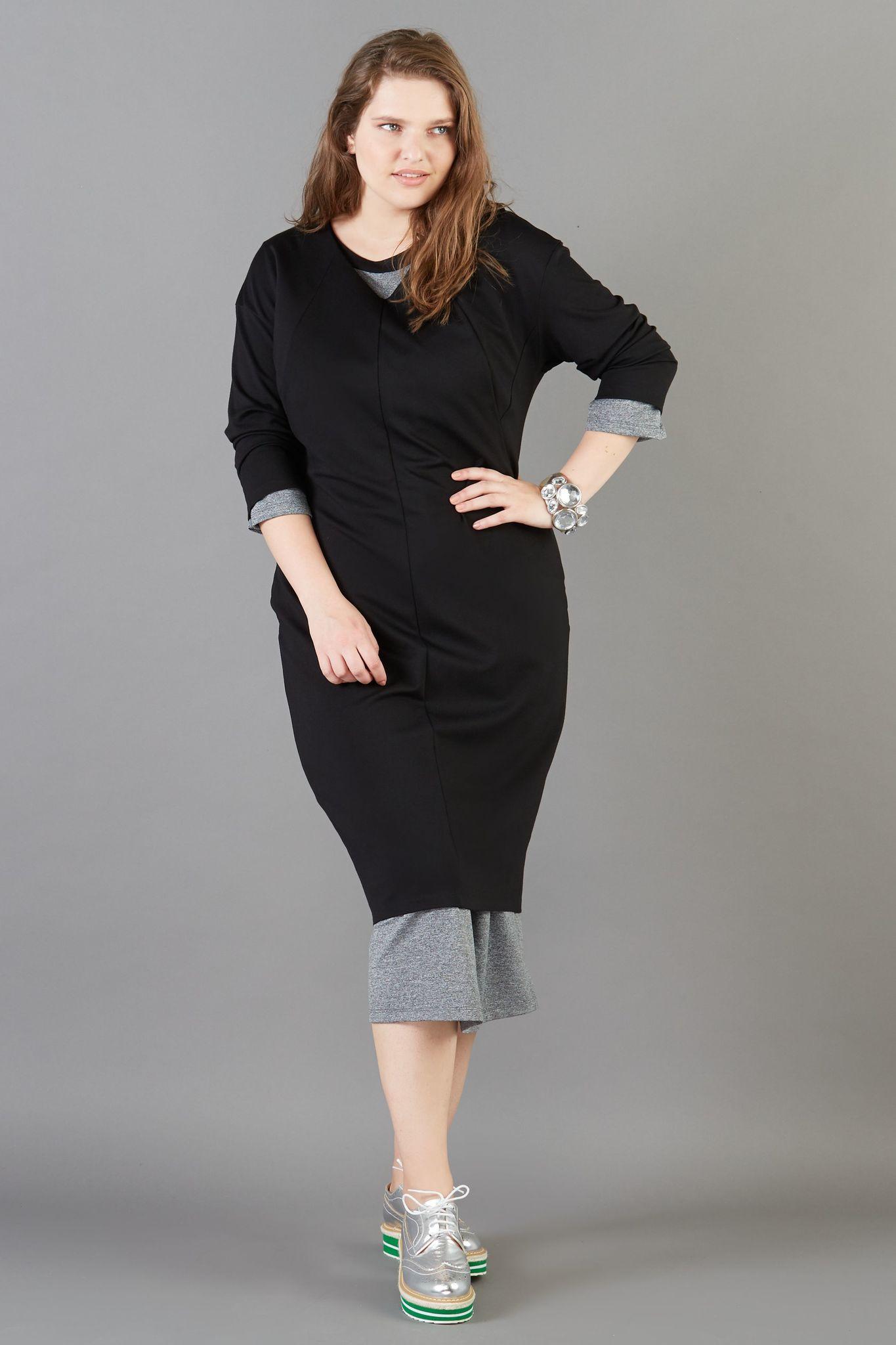 Платье BASE-03 DR01 DM01Платья<br>Великолепное платье прямого силуэта с V образным вырезом из итальянского трикотажа. Стильное и элегантное. Обладает фантастической комфортностью за счет мягкого струящегося, но не облегающего трикотажа. Рекомендуется для всех случаев жизни, с любой обувью, с любым образом. Идеальная длина рукава создает Вам комфорт в течении всего дня. Гармонично смотрится с любыми аксессуарами и обувью.<br>