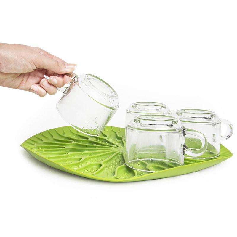 Сушилка-поднос lotus зеленая QL10166-GNСушилки для посуды<br>Как известно, лотосы растут в воде, а значит, великолепная сушилка для посуды в виде листка лотоса должна быть поближе к раковине. Поставьте ее на столешницу или в шкаф, чтобы вода со свежевымытых стаканов, чашек, тарелок или столовых приборов стекала вниз на силиконовые желобки. Плюс к этому такую красоту можно использовать в качестве сервировочного подноса для овощей и фруктов.<br>