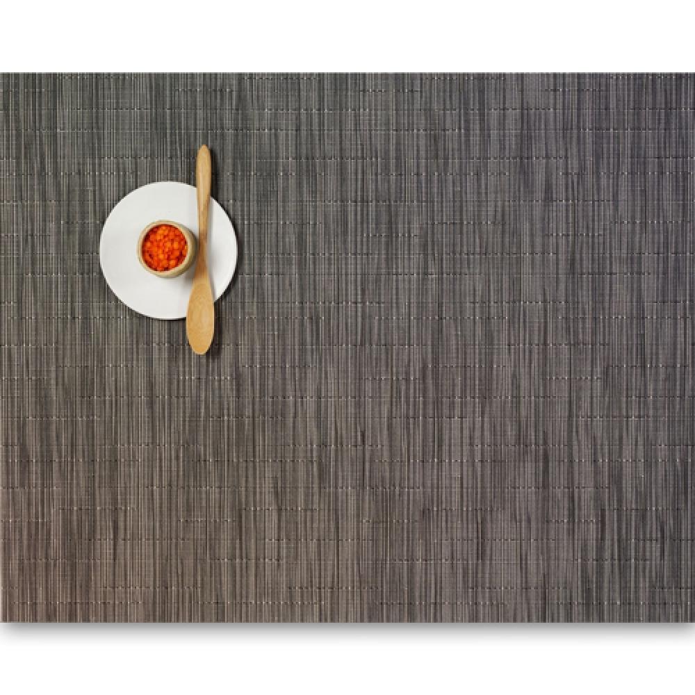 Салфетка подстановочная, жаккардовое плетение, винил, (36х48) Grey Flannel (100105-012) CHILEWICH Bamboo арт. 0025-BAMB-GRFLСервировка стола<br>Салфетки и подставки для посуды от американского дизайнера Сэнди Чилевич, выполнены из виниловых нитей — современного материала, позволяющего создавать оригинальные текстуры изделий без ущерба для их долговечности. Возможно, именно в этом кроется главный секрет популярности этих стильных салфеток.<br>Впрочем, это не мешает подставочным салфеткам Chilewich оставаться достаточно демократичными, для того чтобы занять своё место и на вашем столе. Вашему вниманию предлагается широкий выбор вариантов дизайна спокойных тонов, способного органично вписаться практически в любой интерьер.<br><br>длина (см):48материал:винилпредметов в наборе (штук):1страна:СШАширина (см):36.0<br>