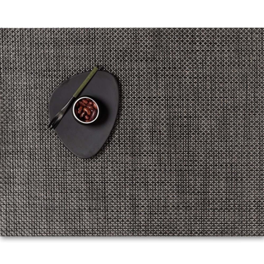 Салфетка подстановочная, жаккардовое плетение, винил, (36х48) Earth (100110-013) CHILEWICH Basketweave арт. 0025-BASK-EARTСервировка стола<br>Салфетки и подставки для посуды от американского дизайнера Сэнди Чилевич, выполнены из виниловых нитей — современного материала, позволяющего создавать оригинальные текстуры изделий без ущерба для их долговечности. Возможно, именно в этом кроется главный секрет популярности этих стильных салфеток.<br>Впрочем, это не мешает подставочным салфеткам Chilewich оставаться достаточно демократичными, для того чтобы занять своё место и на вашем столе. Вашему вниманию предлагается широкий выбор вариантов дизайна спокойных тонов, способного органично вписаться практически в любой интерьер.<br><br>длина (см):48материал:винилпредметов в наборе (штук):1страна:СШАширина (см):36.0<br>