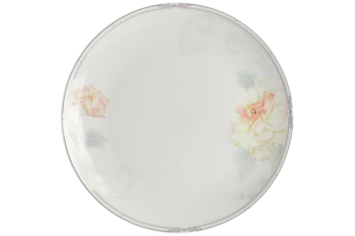 Набор из 6 тарелок Royal Aurel Акварель (25см) арт.629Наборы тарелок<br>Набор из 6 тарелок Royal Aurel Акварель (25см) арт.629<br>Производить посуду из фарфора начали в Китае на стыке 6-7 веков. Неустанно совершенствуя и селективно отбирая сырье для производства посуды из фарфора, мастерам удалось добиться выдающихся характеристик фарфора: белизны и тонкостенности. В XV веке появился особый интерес к китайской фарфоровой посуде, так как в это время Европе возникла мода на самобытные китайские вещи. Роскошный китайский фарфор являлся изыском и был в новинку, поэтому он выступал в качестве подарка королям, а также знатным людям. Такой дорогой подарок был очень престижен и по праву являлся элитной посудой. Как известно из многочисленных исторических документов, в Европе китайские изделия из фарфора ценились практически как золото. <br>Проверка изделий из костяного фарфора на подлинность <br>По сравнению с производством других видов фарфора процесс производства изделий из настоящего костяного фарфора сложен и весьма длителен. Посуда из изящного фарфора - это элитная посуда, которая всегда ассоциируется с богатством, величием и благородством. Несмотря на небольшую толщину, фарфоровая посуда - это очень прочное изделие. Для демонстрации плотности и прочности фарфора можно легко коснуться предметов посуды из фарфора деревянной палочкой, и тогда мы услушим характерный металлический звон. В составе фарфоровой посуды присутствует костяная зола, благодаря чему она может быть намного тоньше (не более 2,5 мм) и легче твердого или мягкого фарфора. Безупречная белизна - ключевой признак отличия такого фарфора от других. Цвет обычного фарфора сероватый или ближе к голубоватому, а костяной фарфор будет всегда будет молочно-белого цвета. Характерная и немаловажная деталь - это невесомая прозрачность изделий из фарфора такая, что сквозь него проходит свет.<br>