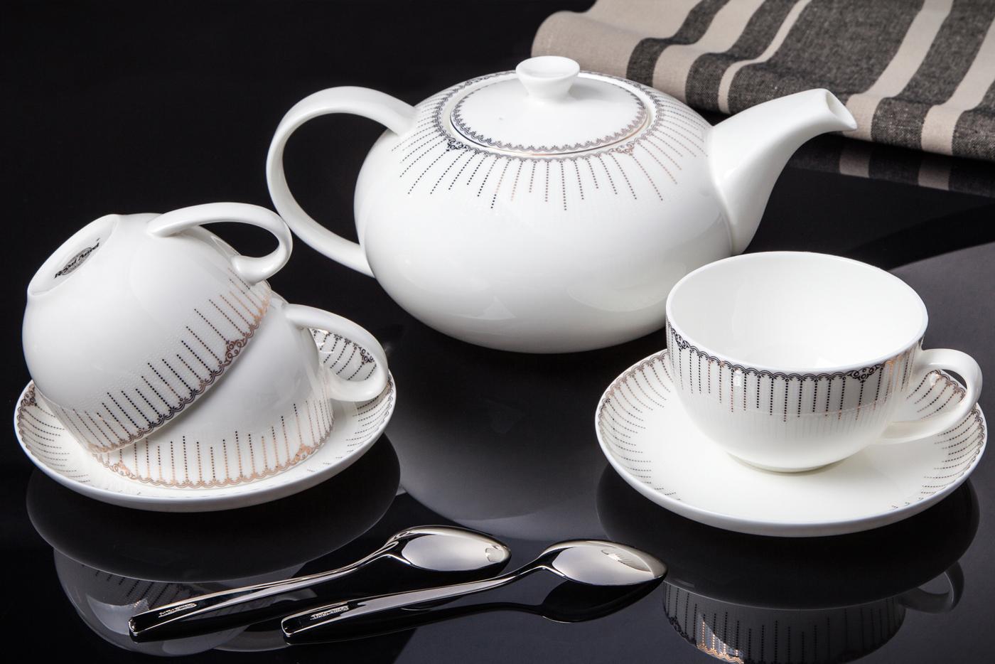 Чайный сервиз Royal Aurel Версаль арт.144, 13 предметовЧайные сервизы<br>Чайный сервиз Royal Aurel Версаль арт.144, 13 предметов<br><br><br><br><br><br><br><br><br><br><br>Чашка 300 мл,6 шт.<br>Блюдце 15 см,6 шт.<br>Чайник 1300 мл<br><br><br><br><br><br><br>Производить посуду из фарфора начали в Китае на стыке 6-7 веков. Неустанно совершенствуя и селективно отбирая сырье для производства посуды из фарфора, мастерам удалось добиться выдающихся характеристик фарфора: белизны и тонкостенности. В XV веке появился особый интерес к китайской фарфоровой посуде, так как в это время Европе возникла мода на самобытные китайские вещи. Роскошный китайский фарфор являлся изыском и был в новинку, поэтому он выступал в качестве подарка королям, а также знатным людям. Такой дорогой подарок был очень престижен и по праву являлся элитной посудой. Как известно из многочисленных исторических документов, в Европе китайские изделия из фарфора ценились практически как золото. <br>Проверка изделий из костяного фарфора на подлинность <br>По сравнению с производством других видов фарфора процесс производства изделий из настоящего костяного фарфора сложен и весьма длителен. Посуда из изящного фарфора - это элитная посуда, которая всегда ассоциируется с богатством, величием и благородством. Несмотря на небольшую толщину, фарфоровая посуда - это очень прочное изделие. Для демонстрации плотности и прочности фарфора можно легко коснуться предметов посуды из фарфора деревянной палочкой, и тогда мы услушим характерный металлический звон. В составе фарфоровой посуды присутствует костяная зола, благодаря чему она может быть намного тоньше (не более 2,5 мм) и легче твердого или мягкого фарфора. Безупречная белизна - ключевой признак отличия такого фарфора от других. Цвет обычного фарфора сероватый или ближе к голубоватому, а костяной фарфор будет всегда будет молочно-белого цвета. Характерная и немаловажная деталь - это невесомая прозрачность изделий из фарфора такая, что сквозь него проходит свет.<br