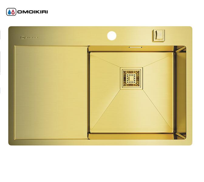 Кухонная мойка из нержавеющей стали OMOIKIRI Akisame 78-LG-R (4993086)Кухонные мойки из нержавеющей стали<br>Кухонная мойка из нержавеющей стали OMOIKIRI Akisame 78-LG-R (4993086)<br><br><br>Размер выреза под мойку: 760х490 мм.<br>Японская высококачественная хромоникелевая нержавеющая сталь с покрытием PVD.<br>Матовая полировка, устойчивая к появлению царапин.<br>Упаковка обеспечивает максимально безопасную транспортировку.<br>Мойка упакована в пластиковый пакет, пенопластовые уголки, картонную коробку.<br>Корпус мойки обработан специальным противошумным составом и дополнительными резиновыми накладками с 5-ти сторон чаши.<br><br><br>Комплектация:<br><br>автоматический донный клапан;<br>крепления;<br>сифон.<br><br><br>Упаковка:<br><br>картонная коробка;<br>пенопласт;<br>пакет из нетканного материала.<br><br><br><br><br><br><br>Нержавеющая сталь OMOIKIRI<br>Вся нержавеющая сталь OMOIKIRI соответствует маркировке 18/8. Это аустенитная сталь содержит 18% хрома и 8% никеля, что обеспечивает ее максимальную защиту от коррозии.<br>Нержавеющая сталь OMOIKIRI подвергается уникальной обработке холодом «GOKIN»©, повышающей ее твердость и износостойкость.<br><br><br><br><br><br>PVD- и ORB-покрытия<br>Компания OMOIKIRI активно использует новейшие виды износостойких покрытий — PVD и ORB. Технология PVD заключается в напылении конденсации из паровой (газовой) фазы на исходный материал, что придает продукции твёрдость, стойкость и антиаллергические свойства. ORB-покрытие наделяет смеситель оттенком промасленной бронзы.<br><br><br><br><br><br>Кухонные мойки из нержавеющей стали OMOIKIRI при производстве проходят три этапа контроля качества:<br><br>контроль состава нержавеющей стали на соответствие стандартам содержания цветных металлов и указанной маркировке;<br>проверка качества металлических заготовок перед производством;<br>контроль качества изделий на всех этапах производства.<br><br><br><br><br><br>Руководство по монтажу<br><br><br><br>Официальный сертифицированный продавец OMO