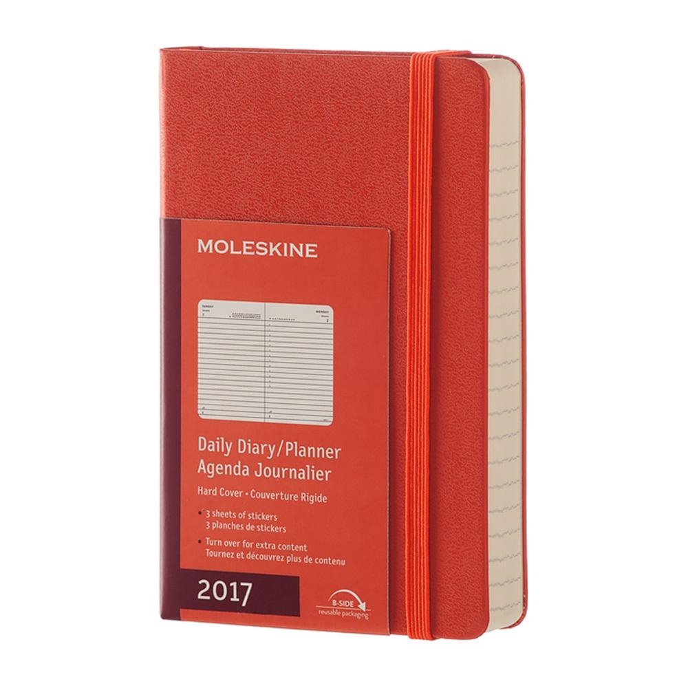 Ежедневник Moleskine Classic Daily Pocket, цвет оранжевыйMOLESKINE<br>Ежедневник Moleskine датирован с января по декабрь и содержит 400 страниц.Данный формат предусматривает отдельную страницу для каждого дня. 35 страницежедневника заняты полезной и нужной информацией, которая несомненно пригодится в работе.Для популярного планировщика задач на каждый день года используется полный спектр цветовых решений.<br>Твердая обложка ежедневника Moleskine Classic Daily Pocketотлично подходит для персонализации с помощью тиснения и шелкографии. В любом случае, персонализированный или нет,Moleskine - это подарок со вкусом, который обязательно оценит получатель.<br><br>Легендарный MOLESKINE<br>Марка Moleskine появилась в 1997, возродив образ легендарной записной книжки, столь любимой деятелями искусства и интеллектуалами последних двух столетий. Винсент Ван Гог и Пабло Пикассо, Эрнест Хемингуэй и Брюс Чатвин - все они были привязаны к своим надежным маленьким спутникам, безымянным записным книжицам в непромокаемых черных обложках, которые хранили наброски, заметки, истории и впечатления перед тем, как последние превращались в известные полотна или страницы любимых книг. Сегодня имя Moleskine ассоциируется с серией номадических атрибутов: записных книжек, блокнотов, еженедельников, сумок, аксессуаров для письма и для чтения, созданных для выражения нашей изменчивой индивидуальности. Неразлучные спутники творческих профессий, проводники из мира реальности в мир фантазий, немыслимые сегодня в отдельности от информационных технологий.<br>С 1 января 2007 года Moleskine является также названием компании-владельца всемирно известной зарегистрированной торговой марки. Кроме широко известных записных книжек и их типов, Moleskine SpA разрабатывает, производит и реализует целую серию предметов для творчества современных «странников». Компания начинает свою историю с маленького издательства Modo&amp;Modo в Милане, которое в 1997 году создало марку® Moleskine, вновь открыв и возродив удивите