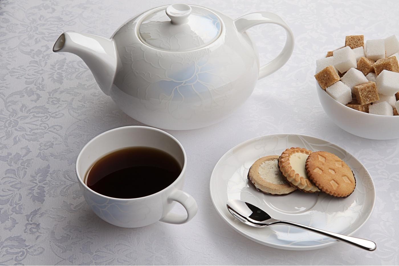 Чайный сервиз Royal Aurel Лазурь арт.133, 13 предметовЧайные сервизы<br>Чайный сервиз Royal Aurel Лазурь арт.133, 13 предметов<br><br><br><br><br><br><br><br><br><br><br>Чашка 300 мл,6 шт.<br>Блюдце 15 см,6 шт.<br>Чайник 1300 мл<br><br><br><br><br><br><br>Производить посуду из фарфора начали в Китае на стыке 6-7 веков. Неустанно совершенствуя и селективно отбирая сырье для производства посуды из фарфора, мастерам удалось добиться выдающихся характеристик фарфора: белизны и тонкостенности. В XV веке появился особый интерес к китайской фарфоровой посуде, так как в это время Европе возникла мода на самобытные китайские вещи. Роскошный китайский фарфор являлся изыском и был в новинку, поэтому он выступал в качестве подарка королям, а также знатным людям. Такой дорогой подарок был очень престижен и по праву являлся элитной посудой. Как известно из многочисленных исторических документов, в Европе китайские изделия из фарфора ценились практически как золото. <br>Проверка изделий из костяного фарфора на подлинность <br>По сравнению с производством других видов фарфора процесс производства изделий из настоящего костяного фарфора сложен и весьма длителен. Посуда из изящного фарфора - это элитная посуда, которая всегда ассоциируется с богатством, величием и благородством. Несмотря на небольшую толщину, фарфоровая посуда - это очень прочное изделие. Для демонстрации плотности и прочности фарфора можно легко коснуться предметов посуды из фарфора деревянной палочкой, и тогда мы услушим характерный металлический звон. В составе фарфоровой посуды присутствует костяная зола, благодаря чему она может быть намного тоньше (не более 2,5 мм) и легче твердого или мягкого фарфора. Безупречная белизна - ключевой признак отличия такого фарфора от других. Цвет обычного фарфора сероватый или ближе к голубоватому, а костяной фарфор будет всегда будет молочно-белого цвета. Характерная и немаловажная деталь - это невесомая прозрачность изделий из фарфора такая, что сквозь него проходит свет.<br>