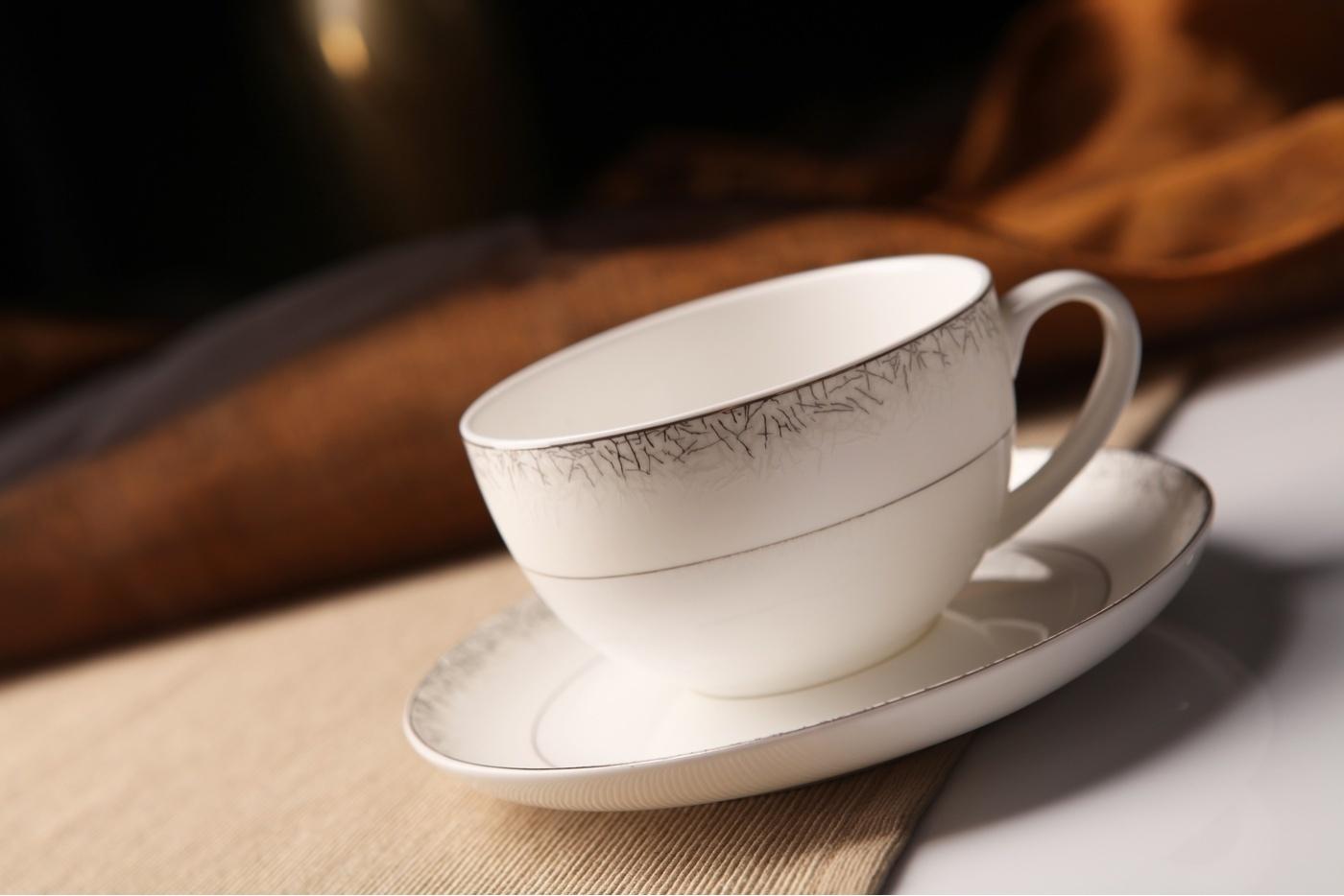 Чайный сервиз Royal Aurel Иней арт.110, 13 предметовЧайные сервизы<br>Чайный сервиз Royal Aurel Иней арт.110, 13 предметов<br><br><br><br><br><br><br><br><br><br><br>Чашка 300 мл,6 шт.<br>Блюдце 15 см,6 шт.<br>Чайник 1300 мл<br><br><br><br><br><br><br>Производить посуду из фарфора начали в Китае на стыке 6-7 веков. Неустанно совершенствуя и селективно отбирая сырье для производства посуды из фарфора, мастерам удалось добиться выдающихся характеристик фарфора: белизны и тонкостенности. В XV веке появился особый интерес к китайской фарфоровой посуде, так как в это время Европе возникла мода на самобытные китайские вещи. Роскошный китайский фарфор являлся изыском и был в новинку, поэтому он выступал в качестве подарка королям, а также знатным людям. Такой дорогой подарок был очень престижен и по праву являлся элитной посудой. Как известно из многочисленных исторических документов, в Европе китайские изделия из фарфора ценились практически как золото. <br>Проверка изделий из костяного фарфора на подлинность <br>По сравнению с производством других видов фарфора процесс производства изделий из настоящего костяного фарфора сложен и весьма длителен. Посуда из изящного фарфора - это элитная посуда, которая всегда ассоциируется с богатством, величием и благородством. Несмотря на небольшую толщину, фарфоровая посуда - это очень прочное изделие. Для демонстрации плотности и прочности фарфора можно легко коснуться предметов посуды из фарфора деревянной палочкой, и тогда мы услушим характерный металлический звон. В составе фарфоровой посуды присутствует костяная зола, благодаря чему она может быть намного тоньше (не более 2,5 мм) и легче твердого или мягкого фарфора. Безупречная белизна - ключевой признак отличия такого фарфора от других. Цвет обычного фарфора сероватый или ближе к голубоватому, а костяной фарфор будет всегда будет молочно-белого цвета. Характерная и немаловажная деталь - это невесомая прозрачность изделий из фарфора такая, что сквозь него проходит свет.<br>