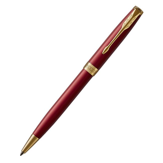 Parker Sonnet Core - LaqRed GT, шариковая ручка, M, BLPARKER<br>Механизм: ПоворотныйТолщина пишущего узла: Средний (M)Цвет стержня: ЧерныйКорпус: Нержавеющая стальЗажим: Сталь, с позолотой 23КЗона захвата: Черный глянцевый акрил с позолоченными (23К) декоративными кольцамиДетали дизайна: Выгравированный логотип PARKER на декоративном позолоченном кольцеЦвет: Насыщенный переливающийся красныйРазмеры: 13,8 х 1,3 смСтрана производства:ФранцияКомплектация: Ручка со стержнем, подарочная коробка, руководство по эксплуатации с гарантийным талоном.<br>