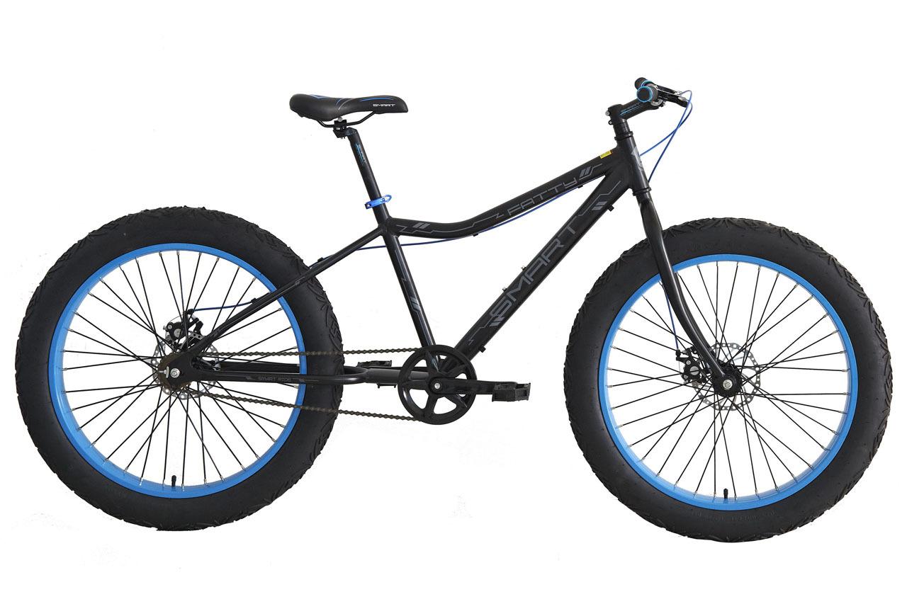 Smart Fatty (2015)Горные<br>Универсальный односкоростной велосипед на алюминиевой раме с жесткой вилкой. Для повышения проходимости и плавности хода в условиях пересеченной местности, в шинах можно установить низкое давление, они начнут работать по принципу небольших амортизаторов, снижая тряску, а увеличившееся пятно контакта шины с поверхностью, повысит сцепленее, позволяя преодолевать различные препятствия. При высоком давлении велосипед довольно неплохо катит по асфальту. За контроль скорости на велосипеде отвечают механические дисковые тормоза. Ширина покрышек 4.0. Велосипед предназначен для круглогодичной эксплуатации в любых условиях, не важно что под колесами – снег, песок или асфальт.<br>