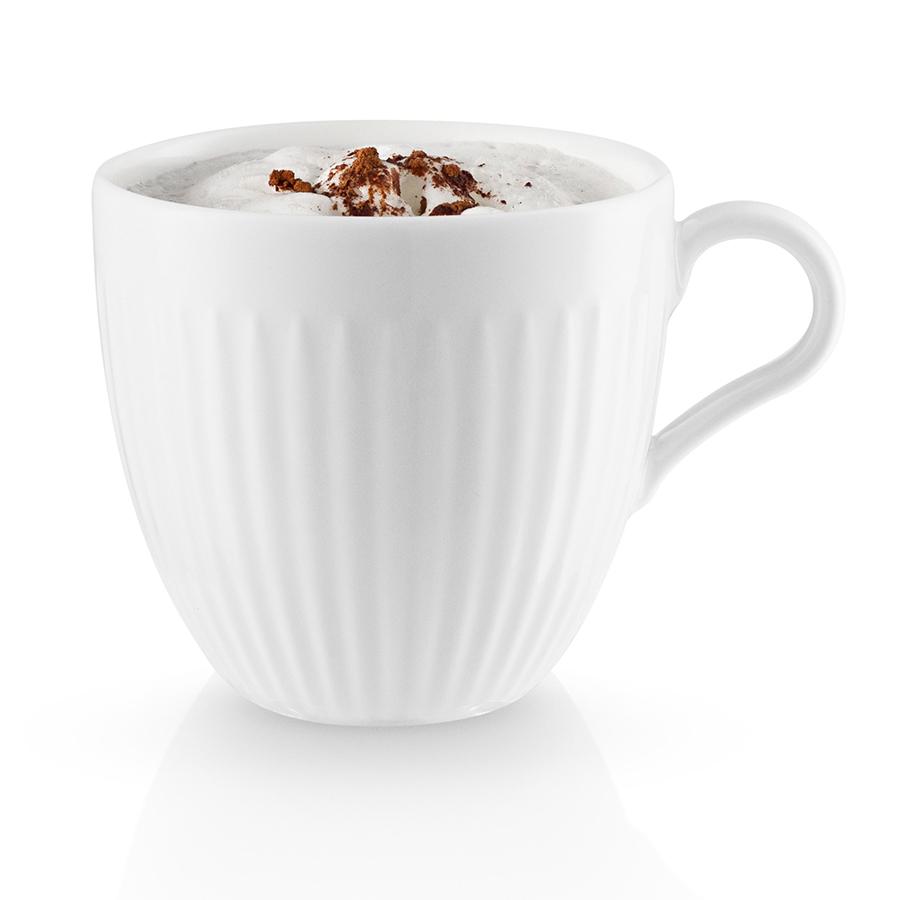 Чашка Eva Solo Legio Nova 300 мл 887258Кружки и чашки<br>Чашка Eva Solo Legio Nova 300 мл 887258<br><br>Классическая лаконичная кружка белого цвета прекрасно впишется в любой, даже самый минималистичный кухонный интерьер. Объем кружки составляет 300 мл, благодаря чему она прекрасно подойдет для согревающего чая или бодрящих ароматных кофейных напитков – капучино и латте. Кружка выполнена из высококачественного фарфора, поэтому прекрасно подходит для микроволновой печи, морозильной камеры и посудомоечной машины. Благодаря плавной обтекаемой форме и изогнутой ручке кружку удобно держать в руке.<br>