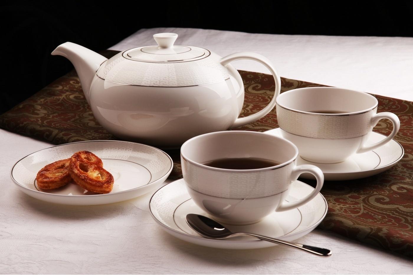 Чайный сервиз Royal Aurel Кружево арт.111, 13 предметовЧайные сервизы<br>Чайный сервиз Royal Aurel Кружево арт.110, 13 предметов<br><br><br><br><br><br><br><br><br><br><br>Чашка 300 мл,6 шт.<br>Блюдце 15 см,6 шт.<br>Чайник 1300 мл<br><br><br><br><br><br><br>Производить посуду из фарфора начали в Китае на стыке 6-7 веков. Неустанно совершенствуя и селективно отбирая сырье для производства посуды из фарфора, мастерам удалось добиться выдающихся характеристик фарфора: белизны и тонкостенности. В XV веке появился особый интерес к китайской фарфоровой посуде, так как в это время Европе возникла мода на самобытные китайские вещи. Роскошный китайский фарфор являлся изыском и был в новинку, поэтому он выступал в качестве подарка королям, а также знатным людям. Такой дорогой подарок был очень престижен и по праву являлся элитной посудой. Как известно из многочисленных исторических документов, в Европе китайские изделия из фарфора ценились практически как золото. <br>Проверка изделий из костяного фарфора на подлинность <br>По сравнению с производством других видов фарфора процесс производства изделий из настоящего костяного фарфора сложен и весьма длителен. Посуда из изящного фарфора - это элитная посуда, которая всегда ассоциируется с богатством, величием и благородством. Несмотря на небольшую толщину, фарфоровая посуда - это очень прочное изделие. Для демонстрации плотности и прочности фарфора можно легко коснуться предметов посуды из фарфора деревянной палочкой, и тогда мы услушим характерный металлический звон. В составе фарфоровой посуды присутствует костяная зола, благодаря чему она может быть намного тоньше (не более 2,5 мм) и легче твердого или мягкого фарфора. Безупречная белизна - ключевой признак отличия такого фарфора от других. Цвет обычного фарфора сероватый или ближе к голубоватому, а костяной фарфор будет всегда будет молочно-белого цвета. Характерная и немаловажная деталь - это невесомая прозрачность изделий из фарфора такая, что сквозь него проходит свет.<br