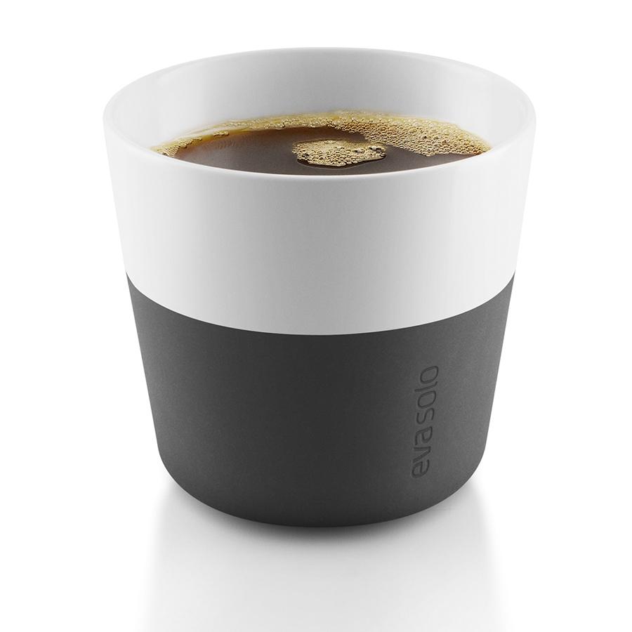 Чашки для лунго 2 шт 230 мл чёрные Eva Solo 501002Кружки и чашки<br>Чашки для лунго 2 шт 230 мл чёрные Eva Solo 501002<br><br>Чашка для кофе лунго от Eva Solo рассчитана на 230 мл - оптимальный объём, а также стандарт для этого типа напитка у большинства кофе-машин. Чашка сделана из фарфора и имеет специальный силиконовый чехол, чтобы её можно было держать в руках, не рискуя обжечь пальцы. Чехол легко снимается, и чашку можно мыть в посудомоечной машине. Умные и красивые предметы посуды от Eva Solo будут украшением любой кухни!<br>