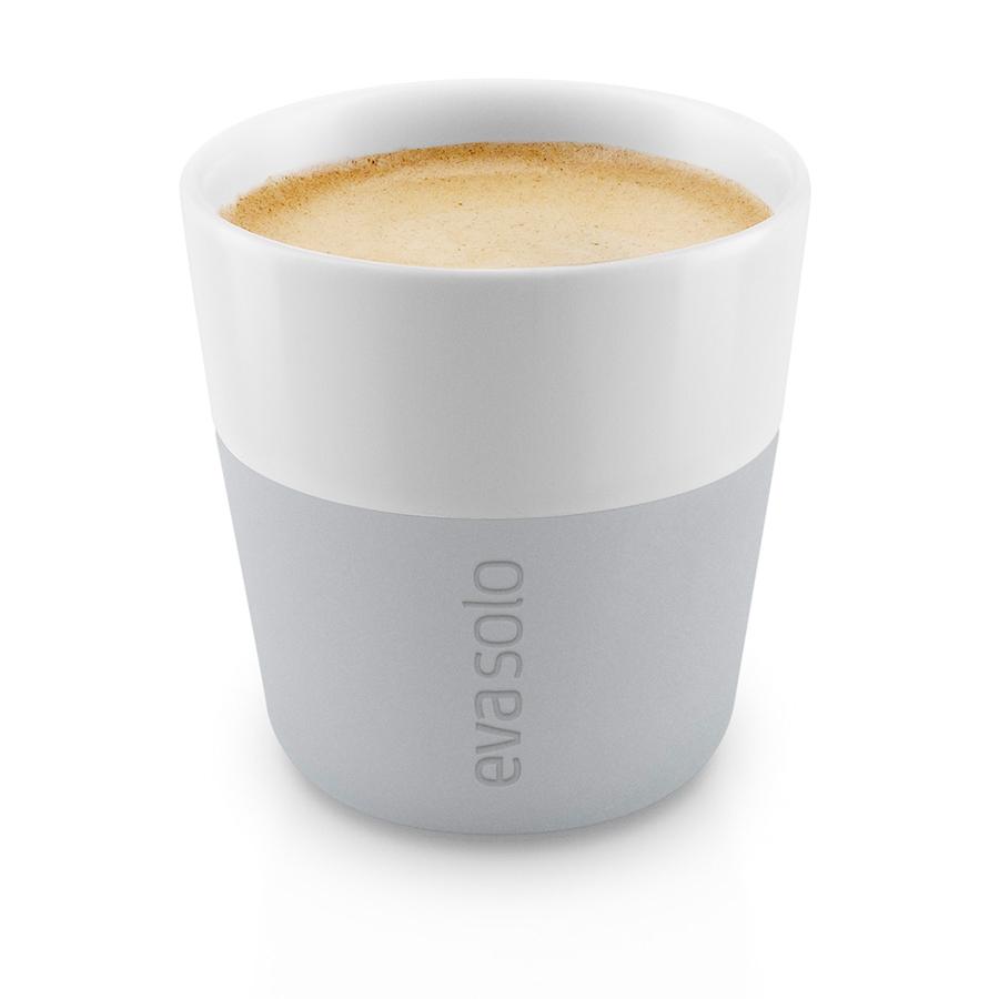 Чашки для эспрессо 2 шт 80 мл Eva Solo серые 501044Кружки и чашки<br>Любители бодрящего ароматного кофе эспрессо непременно оценят этот практичный и удобный дуэт. Объем каждой чашки составляет 80 мл – это традиционная порция эспрессо, а также принятый стандарт для большинства кофейных машин. Для удобства использования вместо ручек предусмотрены термоустойчивые силиконовые накладки, благодаря чему чашку можно держать в руках, не боясь обжечься.  Чашки выполнены из высокопрочного материала, устойчивого к высоким температурам. Силиконовые накладки легко снимаются, а чашки можно мыть в посудомоечной машине.<br>
