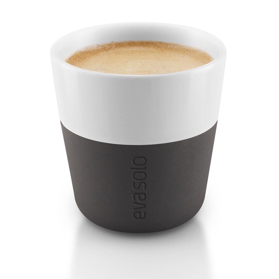 Чашки для эспрессо 2 шт 80 мл чёрные Eva Solo 501001Кружки и чашки<br>Чашки для эспрессо 2 шт 80 мл чёрные Eva Solo 501001<br><br>Чашка для эспрессо от Eva Solo рассчитана на 80 мл - классическое количество эспрессо, а также стандарт для большинства кофе-машин. Чашка сделана из фарфора и имеет специальный силиконовый чехол, чтобы её можно было держать в руках, не рискуя обжечь пальцы. Чехол легко снимается, и чашку можно мыть в посудомоечной машине. Умные и красивые предметы посуды от Eva Solo будут украшением любой кухни!<br>