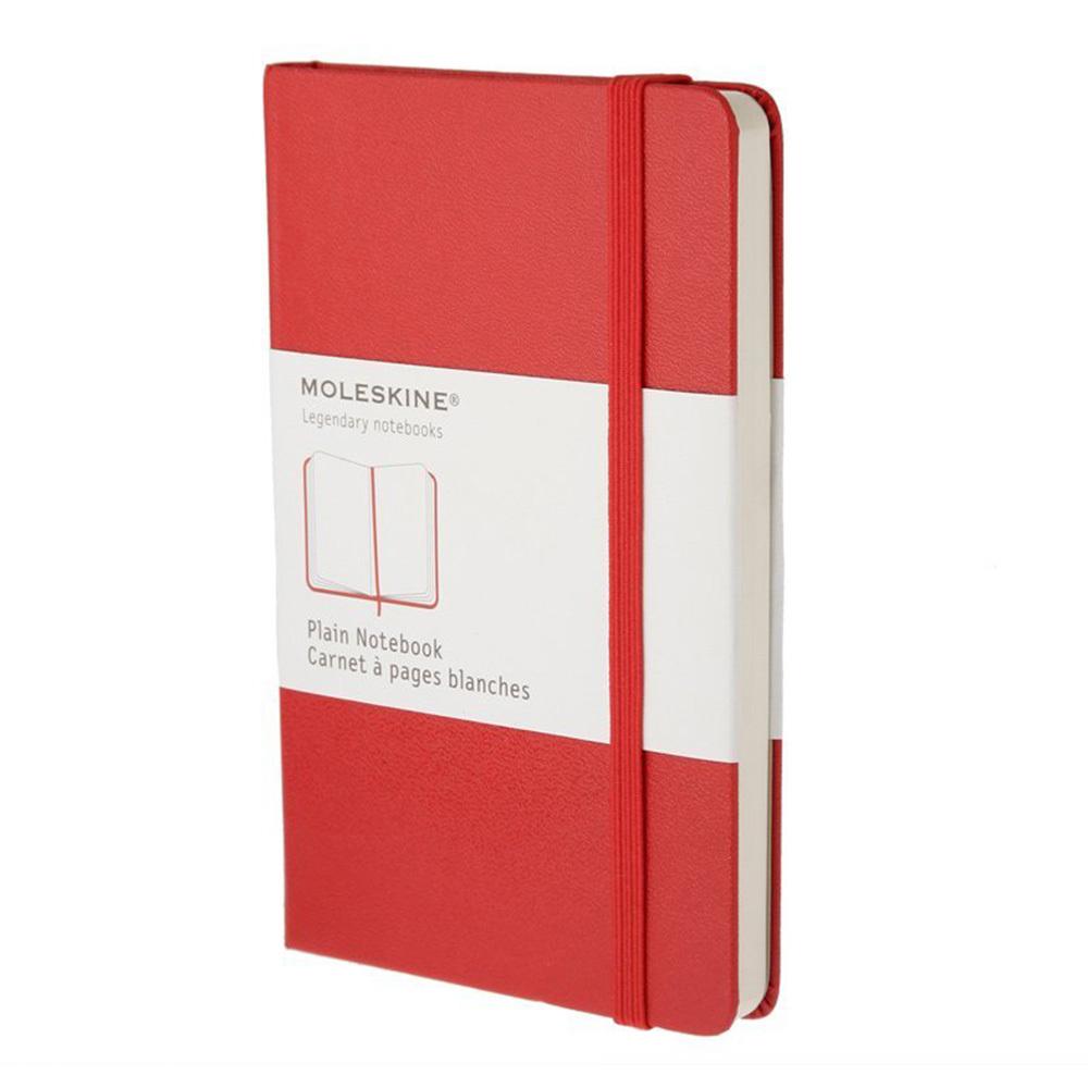 Блокнот Moleskine Classic Large, цвет красный, без разлиновкиMOLESKINE<br>Особенности:<br>• 240страницы;<br>• без разлиновки;<br>• обложка твердая;<br>• плотность листов70 г/м2.<br><br>Легендарный MOLESKINE<br>Марка Moleskine появилась в 1997, возродив образ легендарной записной книжки, столь любимой деятелями искусства и интеллектуалами последних двух столетий. Винсент Ван Гог и Пабло Пикассо, Эрнест Хемингуэй и Брюс Чатвин - все они были привязаны к своим надежным маленьким спутникам, безымянным записным книжицам в непромокаемых черных обложках, которые хранили наброски, заметки, истории и впечатления перед тем, как последние превращались в известные полотна или страницы любимых книг. Сегодня имя Moleskine ассоциируется с серией номадических атрибутов: записных книжек, блокнотов, еженедельников, сумок, аксессуаров для письма и для чтения, созданных для выражения нашей изменчивой индивидуальности. Неразлучные спутники творческих профессий, проводники из мира реальности в мир фантазий, немыслимые сегодня в отдельности от информационных технологий.<br>С 1 января 2007 года Moleskine является также названием компании-владельца всемирно известной зарегистрированной торговой марки. Кроме широко известных записных книжек и их типов, Moleskine SpA разрабатывает, производит и реализует целую серию предметов для творчества современных «странников». Компания начинает свою историю с маленького издательства Modo&amp;Modo в Милане, которое в 1997 году создало марку® Moleskine, вновь открыв и возродив удивительную традицию. Осенью 2006 компания Modo&amp;Modo spa была куплена компанией SGCapital Europe, сегодня -- Syntegra Capital, с целью полной реализации потенциала марки Moleskine.<br>Moleskine SpA - маленькая творческая активно развивающаяся компания. На сегодняшний день в ее составе 100 штатных сотрудников и широкая сеть партнеров и внештатных сотрудников. Главный офис компании находится в Милане, Италия. Филиалами компании являются Moleskine America, Inc, с офисами в Нью-Йор