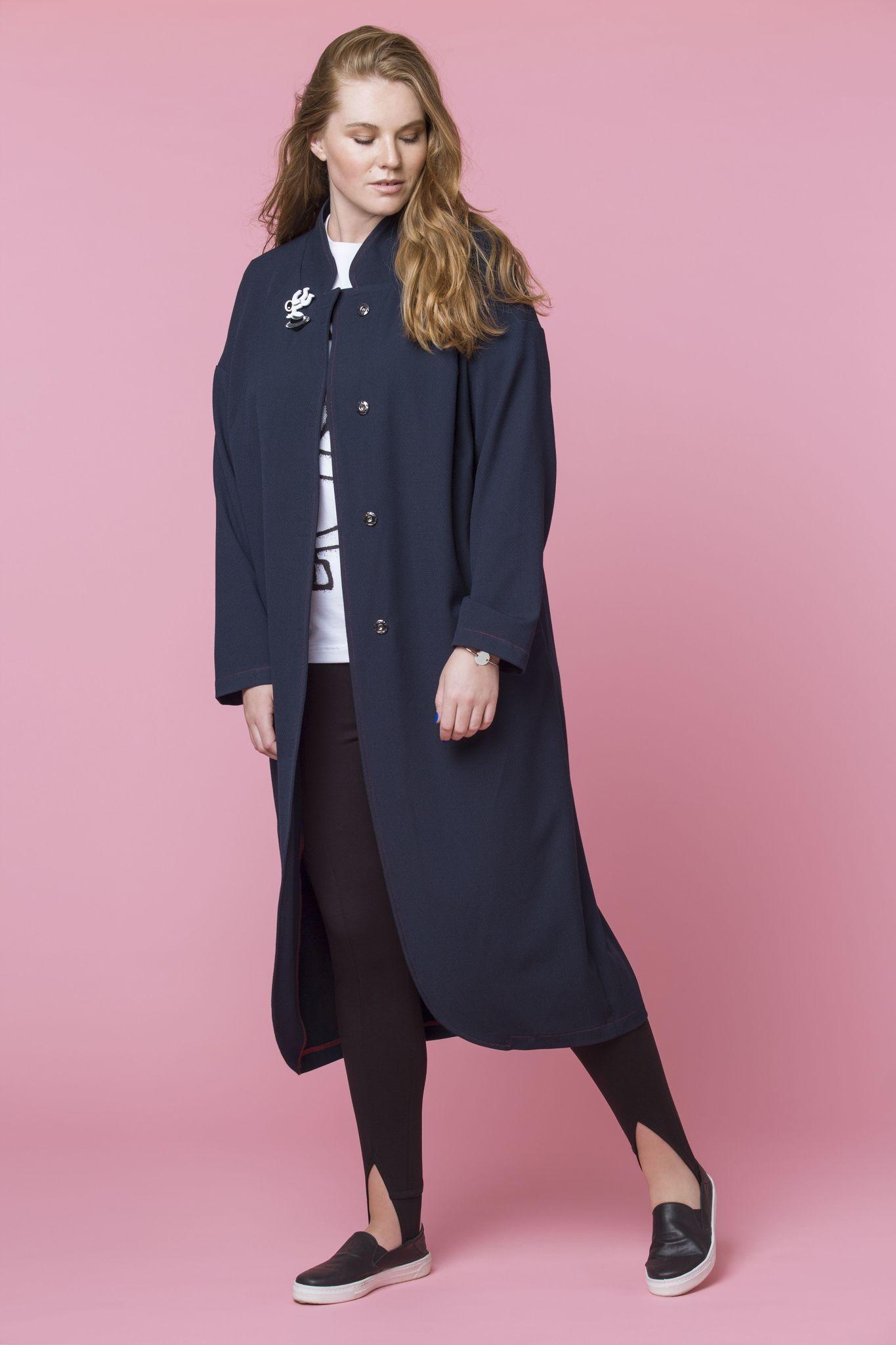 Пальто LE-05 CO01 31Пальто<br>Динамичный стиль современной городской жизни диктует свои предпочтения в плане верхней одежды, например, такой, как пальто-пиджак из плотного материала. Строгость кроя и легкий «мужской» акцент на силуэте – это не единственные плюсы женского пальто-пиджака, его практичность и универсальность использования сделают его незаменимой вещью в любом гардеробе, а контрастная строчка, придаст образу завершенность. Конечно, присутствуют  карманы, длина чуть ниже колена. Рекомендуем носить с кедами, лоферами, кроссовками и балетками. Рост модели на фото 179 см, размер - 54 российский.<br>
