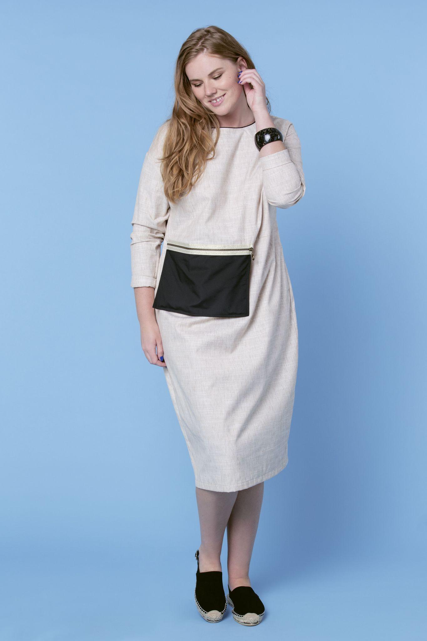 Платье LE-05 D01 15Платья<br>Изящное и функциональное льняное платье с карманом на молнии, в который можно положить кредитную карту, блеск для губ и спрей с термальной водой, а сумку оставить дома. Максимально комфортное, из мягкого льна, в котором можно проходить целый день или даже неделю и не устать. Длина - ниже колена, свободное облегание, классический разрез сзади. Подходит любая обувь. Для работы, города или отпуска. Рост модели на фото 179 см, размер - 54 российский.<br>