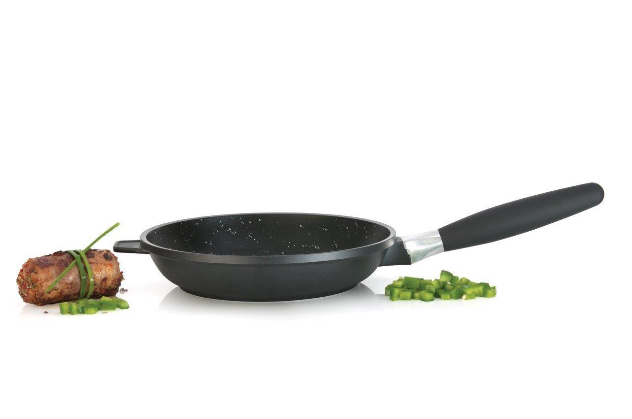 Сковорода 20см 1,1л BergHOFF Scala 2307200Сковороды<br>Сковорода 20см 1,1л BergHOFF Scala 2307200<br><br>Необходимая сковорода для ежедневного использования с антипригарным покрытием делает возможной жарку с минимальным количеством жира или без него, для заботящихся о здоровье кулинаров. Идеальная высокопроизводительная сковорода для различных кулинарных задач: жарки мяса, птицы, омлетов, яичниц и многого другого. Прочная и простая в использовании посуда с быстрым и равномерным распределением тепла. Многослойное и армированное, свободное от ПФОК антипригарное покрытие для удобного извлечения пищи и легкой чистки. Не содержит ни свинца, ни кадмия. Эргономичная длинная ручка не нагревается на плите. Простой поворот, и продуманная система отсоединения ручки позволяет использовать сковороду также и в духовом шкафу! Благодаря съемной ручке посуду удобно хранить. Конструкция дна делает возможным энергоэффективное приготовление пищи и равномерное распределение тепла по всей поверхности.<br>Официальный продавец BergHOFF<br>