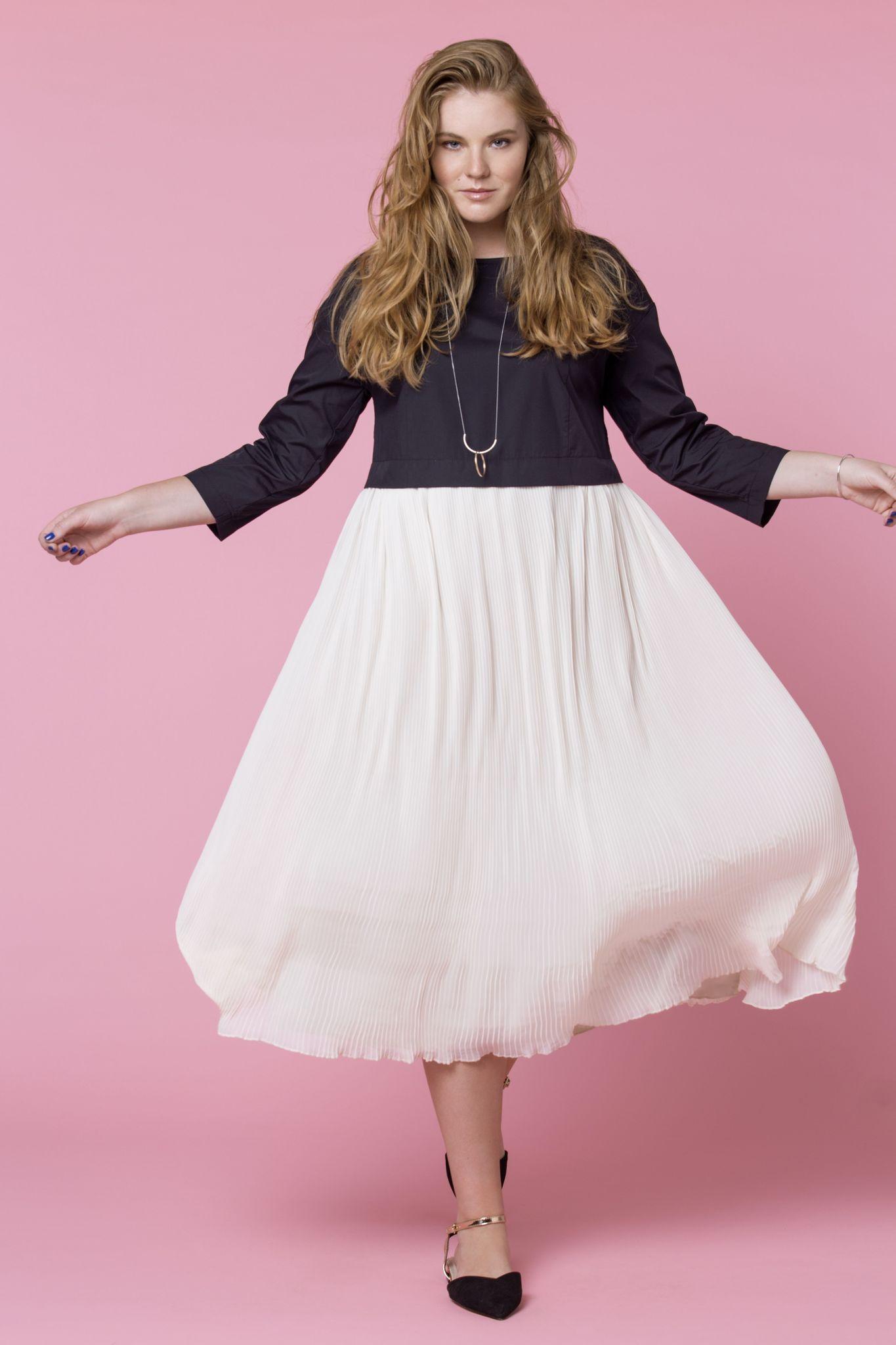 Платье LE-05 D02 01/15Платья<br>Плиссировка – это удивительный способ придавать воздушный вид тканям и одежде. Легкость и женственность дарят плиссированные платья. Платья плиссе отлично смотрятся с жакетами, кардиганами, пиджаками, кожаными и джинсовыми куртками. Такой верх приглушает беспечность или подчеркивает нежность платья. Для офиса будет уместна классическая лодочка, лофферы, балетки. На прогулке: сандалии, плоские и на платформе, открытые босоножки. В нашем платье мы используем классическое сочетание черного верха из плотного хлопка и светлого плиссированного воздушного низа, благодаря чему, оно придает образу изысканности и женственности. Рост модели на фото 179 см, размер - 54 российский.<br>