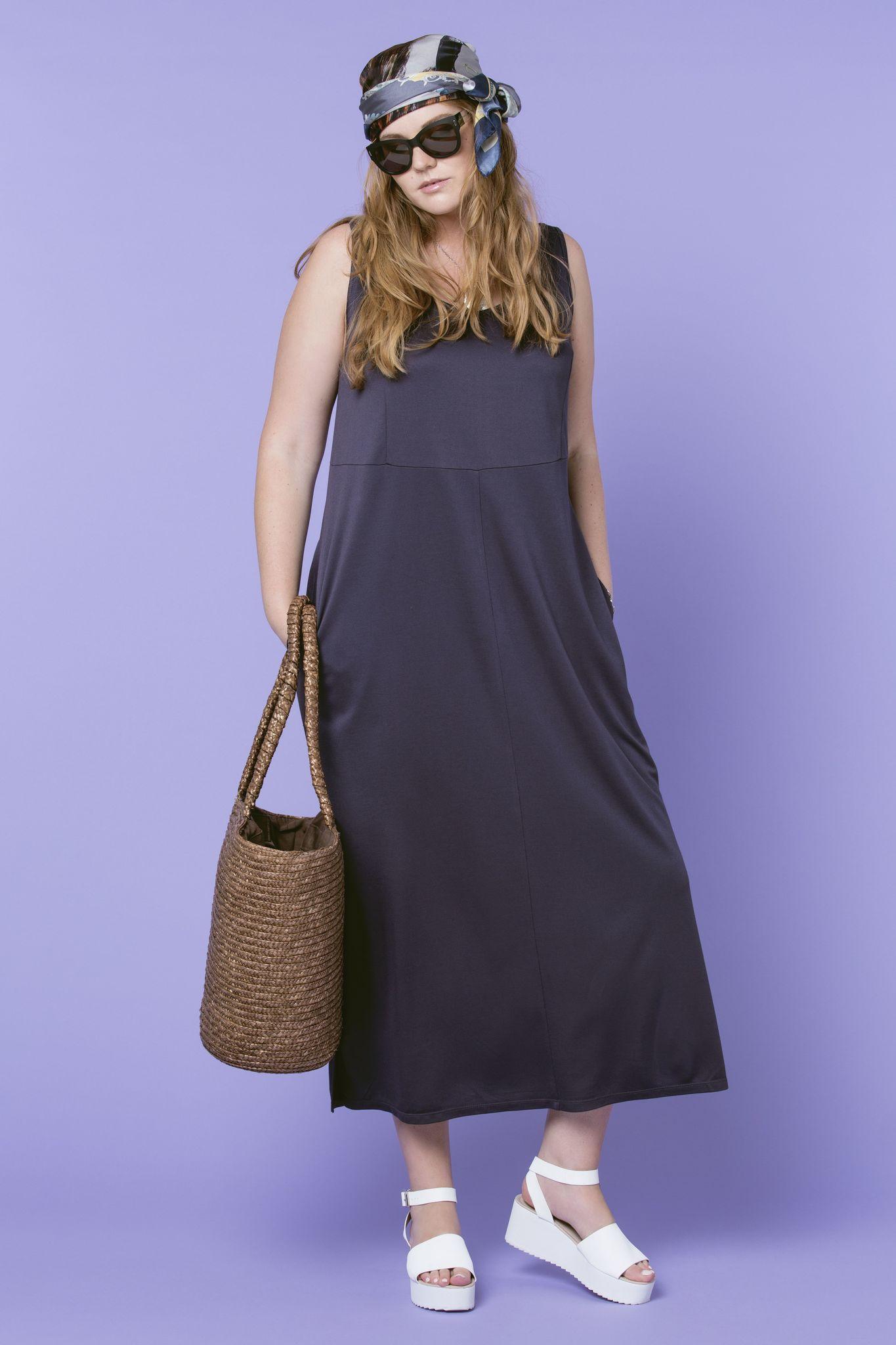 Платье LE-05 D08 32Платья<br>Платье - майка – это, пожалуй, самый подходящий фасон платья для создания многослойных оборазов. Оно легко и непринужденно вписывается и в офисную, и в пляжную, и в повседневную моду, и подходит для самых разнообразных случаев. Наше трикотажное платье без рукавов, А-силуэта и с правильной геометрией. Длина - до щиколотки, карманы в боковых швах.  К этому комплекту необходимо подобрать удобную объемную сумку, в которую сможет поместиться красивая косметичка, смартфон, элегантная шаль для вечера или свитер объемной вязки (да кто знает, что еще может быть в сумочке у женщины - правильно - никто, даже сама владелица этой сумки).  Рост модели на фото 179 см, размер - 54 российский.<br>