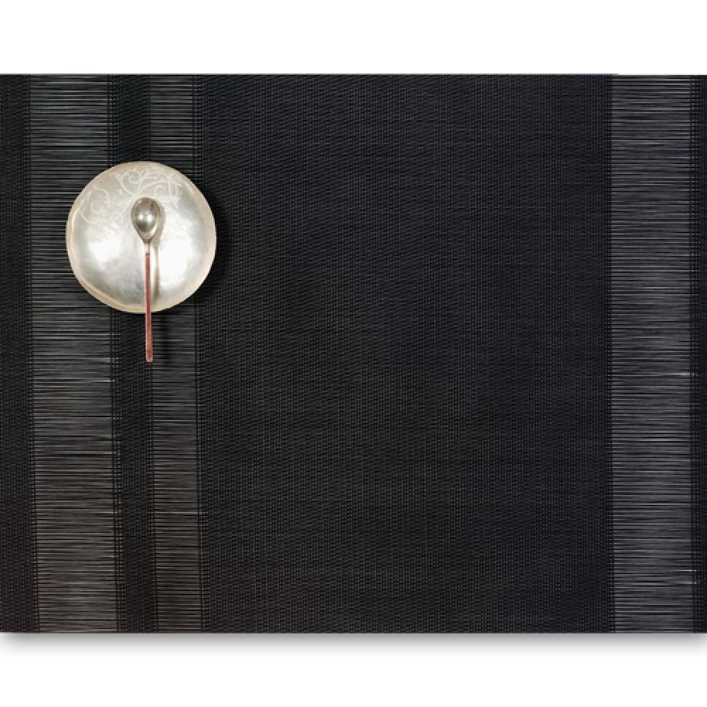 Салфетка подстановочная, жаккардовое плетение, винил, (36х48) Black (100137-001) CHILEWICH Tuxedo stripe арт. 0201-TXST-BLACСервировка стола<br>Салфетки и подставки для посуды от американского дизайнера Сэнди Чилевич, выполнены из виниловых нитей — современного материала, позволяющего создавать оригинальные текстуры изделий без ущерба для их долговечности. Возможно, именно в этом кроется главный секрет популярности этих стильных салфеток.<br>Впрочем, это не мешает подставочным салфеткам Chilewich оставаться достаточно демократичными, для того чтобы занять своё место и на вашем столе. Вашему вниманию предлагается широкий выбор вариантов дизайна спокойных тонов, способного органично вписаться практически в любой интерьер.<br><br>длина (см):48материал:винилпредметов в наборе (штук):1страна:СШАширина (см):36.0<br>Официальный продавец CHILEWICH<br>