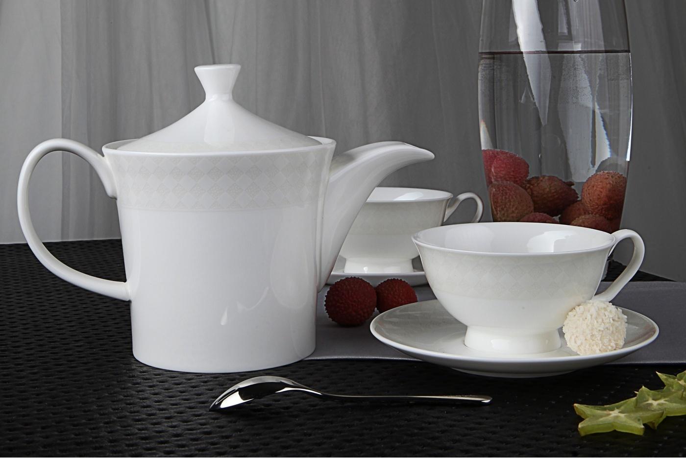 Чайный сервиз Royal Aurel Честер арт.134, 13 предметовЧайные сервизы<br>Чайный сервиз Royal Aurel Честер арт.134, 13 предметов<br><br><br><br><br><br><br><br><br><br><br>Чашка 300 мл,6 шт.<br>Блюдце 15 см,6 шт.<br>Чайник 1300 мл<br><br><br><br><br><br><br>Производить посуду из фарфора начали в Китае на стыке 6-7 веков. Неустанно совершенствуя и селективно отбирая сырье для производства посуды из фарфора, мастерам удалось добиться выдающихся характеристик фарфора: белизны и тонкостенности. В XV веке появился особый интерес к китайской фарфоровой посуде, так как в это время Европе возникла мода на самобытные китайские вещи. Роскошный китайский фарфор являлся изыском и был в новинку, поэтому он выступал в качестве подарка королям, а также знатным людям. Такой дорогой подарок был очень престижен и по праву являлся элитной посудой. Как известно из многочисленных исторических документов, в Европе китайские изделия из фарфора ценились практически как золото. <br>Проверка изделий из костяного фарфора на подлинность <br>По сравнению с производством других видов фарфора процесс производства изделий из настоящего костяного фарфора сложен и весьма длителен. Посуда из изящного фарфора - это элитная посуда, которая всегда ассоциируется с богатством, величием и благородством. Несмотря на небольшую толщину, фарфоровая посуда - это очень прочное изделие. Для демонстрации плотности и прочности фарфора можно легко коснуться предметов посуды из фарфора деревянной палочкой, и тогда мы услушим характерный металлический звон. В составе фарфоровой посуды присутствует костяная зола, благодаря чему она может быть намного тоньше (не более 2,5 мм) и легче твердого или мягкого фарфора. Безупречная белизна - ключевой признак отличия такого фарфора от других. Цвет обычного фарфора сероватый или ближе к голубоватому, а костяной фарфор будет всегда будет молочно-белого цвета. Характерная и немаловажная деталь - это невесомая прозрачность изделий из фарфора такая, что сквозь него проходит свет.<br>
