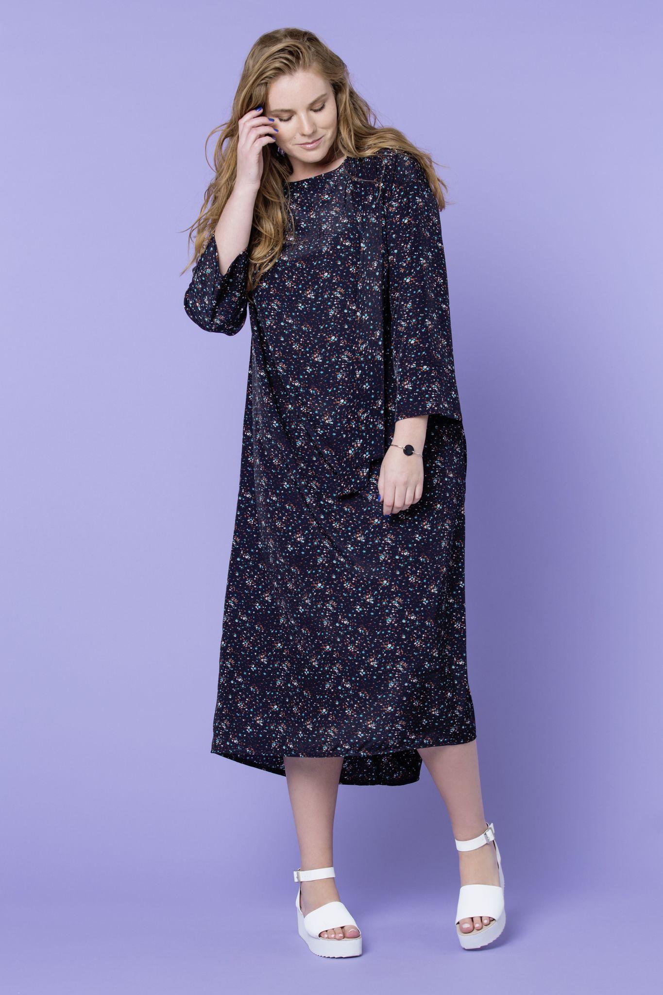 Платье LE-05 D06 95Платья<br>Удивительно воздушное и летящее платье с мелким цветочным принтом и завязкой по горловие, сделает ваш день ярким, а настроение - приподнятым. Особенности кроя придадут женственность фигуре, а ассиметричный низ - добавит изюминку образу. Карманы,рукав три-четверти и струящийся материал - делает платье удобным и легким. С кедами, балетками, лоферами и слипонами, удивительно комфортная вещь, пропитанная духом настоящей свободы от предрассудков и истинной женственности. Рост модели на фото 179 см, размер - 54 российский.<br>