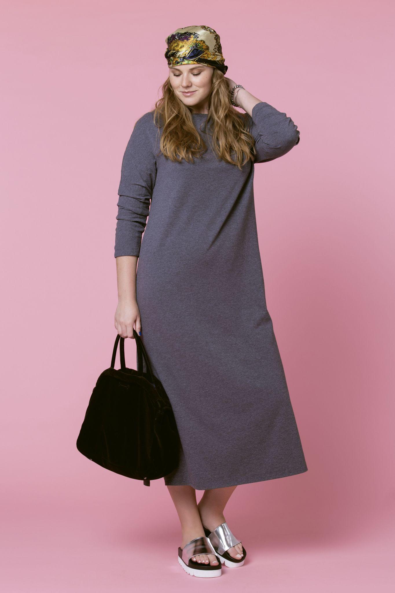 Платье LE-05 D07 06Платья<br>Платья-майка создает спортивный образ, но в то же время добавляет в него женственность. Наше трикотажное платье-майка еще и дает удивительный комфорт, а также универсальность использования. Платье-майка -  максимально комфортная вещь, с минимальными условностями . С таким платьем можно смело экспериментировать, пробуя различные цветовые решения, с ним можно создать  полноценный гардероб в любое время года. Оптимально будет такое платье надеть с  кедами и кардиганом в вечернее время, на отдыхе и в городе.  Рост модели на фото 179 см, размер - 54 российский.<br>