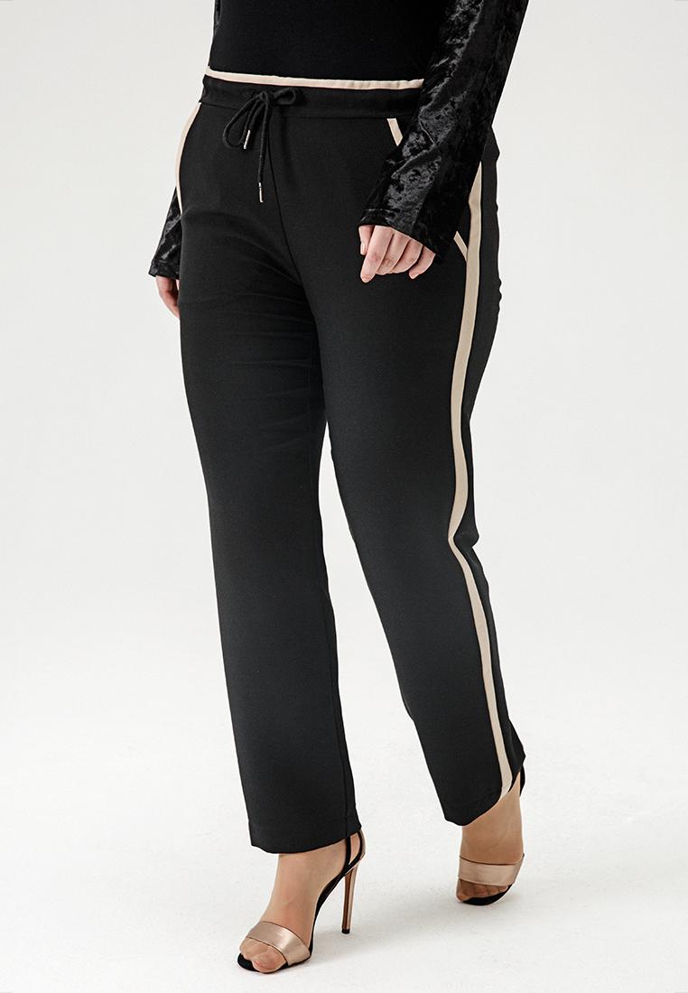 Брюки W11 TR05 01Хиты продаж<br>Черные брюки на кулиске, с бежевыми лампасами и - непременно! - карманами выглядят так элегантно и драматично, что, пожалуй, вы не захотите расставаться. Сшиты из качественного кастюмного материла (не трикотаж), в сочетании с болеро и блузами из наших коллекций они подарят вам потрясающий комфорт на вечеринке или на встрече с друзьями - возможно все, стоит только захотеть!Рост модели на фото 178 см, размер 54 (российский).<br>