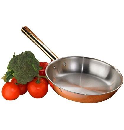 Сковорода медная Frabosk Antika Induction 24см 56444Сковороды<br>Данная сковорода Frabosk Antikaидеальна для приготовления разных видов мяса или овощей. При жарке, скажем, стейка, Вы можете сначала сильно нагреть сковороду и положить мясо уже на раскаленную поверхность, сразу должен появиться характерный звук жарки. Сначала мясо прилипнет, но не надо его отдирать, как только оно будет готово, оно само отделится от сковороды за счет образования паровой подушки, тогда кусок можно перевернуть.Овощи совершенно не пригорают, готовить легко и просто.Мыть сковороду лучше сразу, пока она горячая под струей горячей воды. Как правило, все частички пищи сами отваливаются. Можно использовать жесткие губки, посудомоечную машину.Со временем сковорода приобретет темные пятна - это свойство меди. Не стоит этого пугаться - это нормальный процесс. Можно оставить как есть, тогда она приобретет вид старины или использовать специальные средства для ухода ха посудой из меди, тогда можно вернуть сковороде первоначальный вид. Данную сковороду Frabosk AntikaВы можете использовать в духовке, скажем для того, чтобы готовый стейк «отдохнул» несколько минут, температура внутри куска стабилизировалась, прожарка стала более равномерной.<br>
