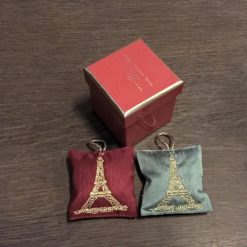 Серия «Эйфелева Башня» Саше<br>Серия Эйфелева Башня 2 подушечки-саше с вышивкой, красная коробка<br>