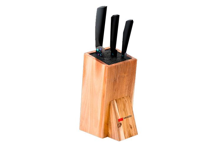 Набор из 3 кухонный керамических ножей Mikadzo Imari Black и универсальной подставкиMikadzo Imarii Black<br>Набор из 3 кухонный керамических ножей Mikadzo Imari Black и универсальной подставки<br><br>В набор входят:<br><br>Нож кухонный керамический овощной Mikadzo Imari Black IKB-01-8.6-PA-75<br>Нож кухонный керамический универсальный Mikadzo Imari Black IKB-01-8.6-CH-175<br>Нож кухонный керамический Шеф Mikadzo Imari Black IKB-01-8.6-UT-125<br>Универсальная подставка для ножей<br><br>MIKADZO Imari – это ножи из циркониевой керамики.<br>Назначение: предназначены для ежедневного нарезания фруктов, овощей и мяса без костей.<br>Обратите внимание, что рисунок на ноже находится только с одной (левой) стороны!<br><br>Основные особенности:<br><br>Ножи MIKADZO Imari обладают высокой степенью твердости до 8.6 по шкале Мооса (Mohs), что приравнивается к 87 HRC.<br>Химическая нейтральность (не переносят ионы металла в пищу, не разрушаются от кислот и жиров в овощах и фруктах, никогда не заржавеют).<br>Продукты, которые вы нарезаете керамическим ножом, не вступают в химическую реакцию, не окисляются и сохраняют все свои полезные свойства.<br>Ножи MIKADZO Imari из циркониевой керамики очень острые и в несколько раз дольше держат заводскую заточку, чем стальные ножи.<br>Керамические ножи MIKADZO из серии Imari достаточно пластичные. они обладают повышенной ударопрочностью и устойчивостью режущей кромки, что гарантирует их эффективное и комфортное использование в течение всего срока службы.<br>Ручка сделана из прорезиненного ABS-пластика, который не скользит в руках.<br><br>Отличительные особенности данных моделей коллекции Imari:<br><br>материал ручки: прорезиненный пластик;<br>материал клинка: циркониевая керамика белого цвета с нанесением уникального рисунка на лезвие ножа; <br>твердость 8.6 по шкале Mooca (Mohc) - 87 HRC.<br><br>Обзор ножей Mikadzo<br><br>История бренда и производства ножей Mikadzo<br>