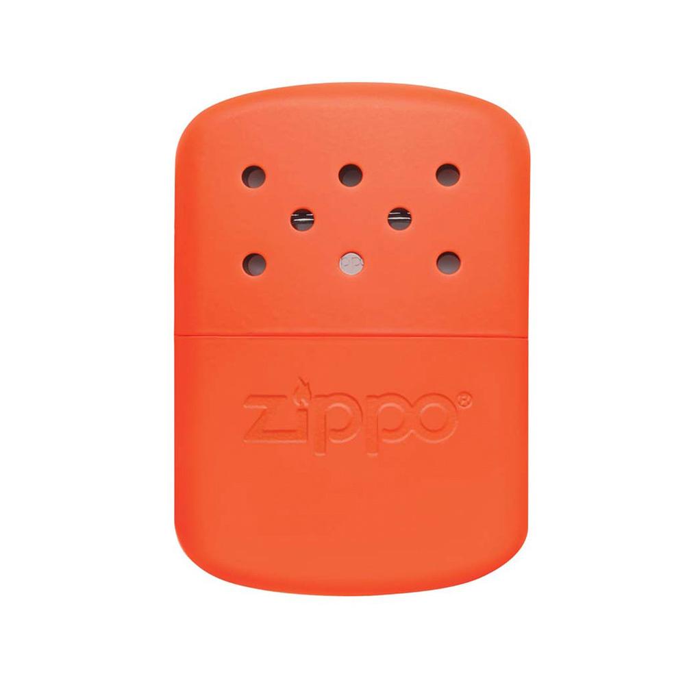 Каталитическая грелка ZIPPO, сталь с покрытием Blaze Orange, оранжевая, на 12 ч, 66x13x99 ммЗажигалки<br>Благодаря новой технологии упрощённой заправки привести в действие наши грелки для рук проще простого.Заполните топливом мерную лейку, подожгите патрон-катализатор и вперёд! Грелки вырабатывают до 6 часов мягкого устойчивого тепла и при этом совершенно не выделяют никаких запахов.• Система лёгкой заправки топливом.• Возможность размещения на горизонтальной поверхности для облегчения процесса заправки.• Улучшенная мерная лейка способствует предотвращению случайного разлива топлива.• Идеально подходит для любых ситуаций в условиях холода.• Новый уменьшенный размер – легко помещается в любом кармане.• Мягкое тепло без пламени.• Прочная и догловечная металлическая конструкция.• Многократного использования – практично и безвредно для окружающей среды.<br>