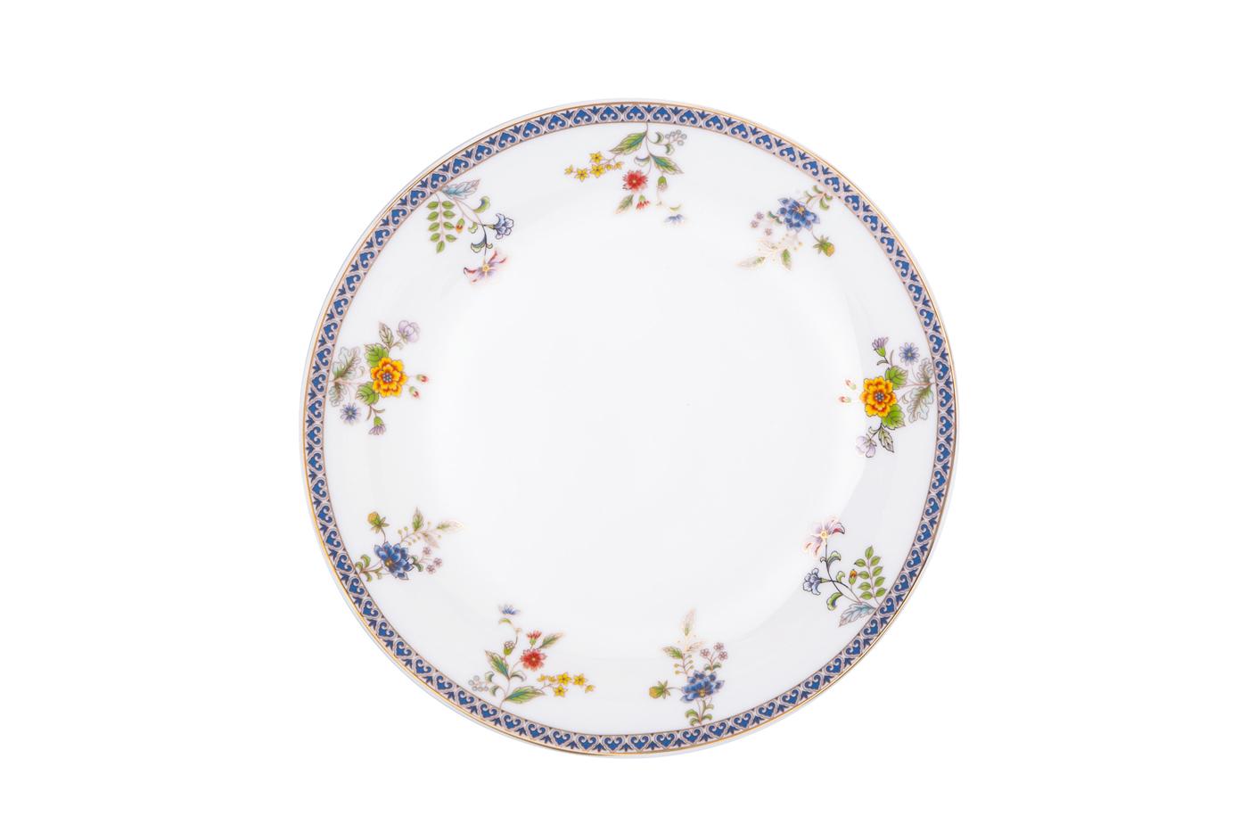 Набор из 6 тарелок Royal Aurel Бавария (20см) арт.530Наборы тарелок<br>Набор из 6 тарелок Royal Aurel Бавария (20см) арт.530<br>Производить посуду из фарфора начали в Китае на стыке 6-7 веков. Неустанно совершенствуя и селективно отбирая сырье для производства посуды из фарфора, мастерам удалось добиться выдающихся характеристик фарфора: белизны и тонкостенности. В XV веке появился особый интерес к китайской фарфоровой посуде, так как в это время Европе возникла мода на самобытные китайские вещи. Роскошный китайский фарфор являлся изыском и был в новинку, поэтому он выступал в качестве подарка королям, а также знатным людям. Такой дорогой подарок был очень престижен и по праву являлся элитной посудой. Как известно из многочисленных исторических документов, в Европе китайские изделия из фарфора ценились практически как золото. <br>Проверка изделий из костяного фарфора на подлинность <br>По сравнению с производством других видов фарфора процесс производства изделий из настоящего костяного фарфора сложен и весьма длителен. Посуда из изящного фарфора - это элитная посуда, которая всегда ассоциируется с богатством, величием и благородством. Несмотря на небольшую толщину, фарфоровая посуда - это очень прочное изделие. Для демонстрации плотности и прочности фарфора можно легко коснуться предметов посуды из фарфора деревянной палочкой, и тогда мы услушим характерный металлический звон. В составе фарфоровой посуды присутствует костяная зола, благодаря чему она может быть намного тоньше (не более 2,5 мм) и легче твердого или мягкого фарфора. Безупречная белизна - ключевой признак отличия такого фарфора от других. Цвет обычного фарфора сероватый или ближе к голубоватому, а костяной фарфор будет всегда будет молочно-белого цвета. Характерная и немаловажная деталь - это невесомая прозрачность изделий из фарфора такая, что сквозь него проходит свет.<br>