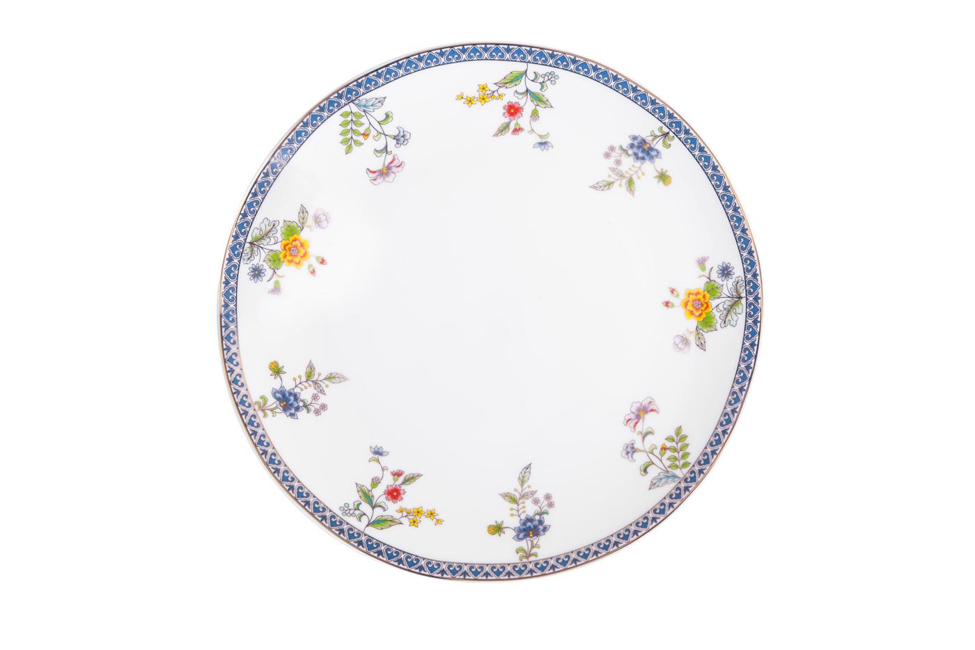 Набор из 6 тарелок Royal Aurel Бавария (25см) арт.630Наборы тарелок<br>Набор из 6 тарелок Royal Aurel Бавария (25см) арт.630<br>Производить посуду из фарфора начали в Китае на стыке 6-7 веков. Неустанно совершенствуя и селективно отбирая сырье для производства посуды из фарфора, мастерам удалось добиться выдающихся характеристик фарфора: белизны и тонкостенности. В XV веке появился особый интерес к китайской фарфоровой посуде, так как в это время Европе возникла мода на самобытные китайские вещи. Роскошный китайский фарфор являлся изыском и был в новинку, поэтому он выступал в качестве подарка королям, а также знатным людям. Такой дорогой подарок был очень престижен и по праву являлся элитной посудой. Как известно из многочисленных исторических документов, в Европе китайские изделия из фарфора ценились практически как золото. <br>Проверка изделий из костяного фарфора на подлинность <br>По сравнению с производством других видов фарфора процесс производства изделий из настоящего костяного фарфора сложен и весьма длителен. Посуда из изящного фарфора - это элитная посуда, которая всегда ассоциируется с богатством, величием и благородством. Несмотря на небольшую толщину, фарфоровая посуда - это очень прочное изделие. Для демонстрации плотности и прочности фарфора можно легко коснуться предметов посуды из фарфора деревянной палочкой, и тогда мы услушим характерный металлический звон. В составе фарфоровой посуды присутствует костяная зола, благодаря чему она может быть намного тоньше (не более 2,5 мм) и легче твердого или мягкого фарфора. Безупречная белизна - ключевой признак отличия такого фарфора от других. Цвет обычного фарфора сероватый или ближе к голубоватому, а костяной фарфор будет всегда будет молочно-белого цвета. Характерная и немаловажная деталь - это невесомая прозрачность изделий из фарфора такая, что сквозь него проходит свет.<br>
