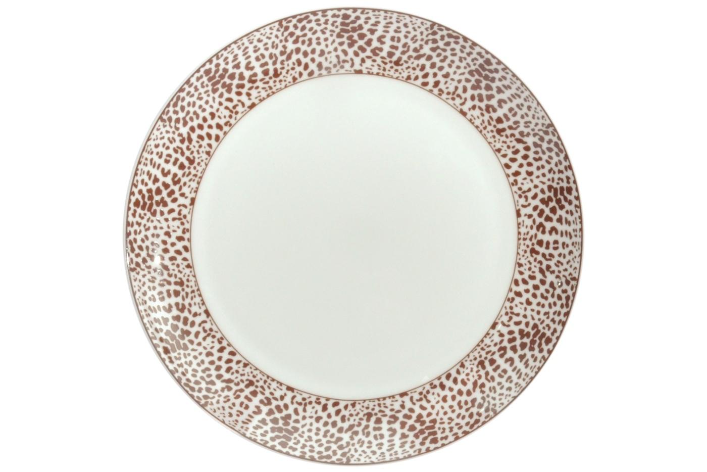 Набор из 6 тарелок Royal Aurel Сафари (25см) арт.622Наборы тарелок<br>Набор из 6 тарелок Royal Aurel Сафари (25см) арт.622<br>Производить посуду из фарфора начали в Китае на стыке 6-7 веков. Неустанно совершенствуя и селективно отбирая сырье для производства посуды из фарфора, мастерам удалось добиться выдающихся характеристик фарфора: белизны и тонкостенности. В XV веке появился особый интерес к китайской фарфоровой посуде, так как в это время Европе возникла мода на самобытные китайские вещи. Роскошный китайский фарфор являлся изыском и был в новинку, поэтому он выступал в качестве подарка королям, а также знатным людям. Такой дорогой подарок был очень престижен и по праву являлся элитной посудой. Как известно из многочисленных исторических документов, в Европе китайские изделия из фарфора ценились практически как золото. <br>Проверка изделий из костяного фарфора на подлинность <br>По сравнению с производством других видов фарфора процесс производства изделий из настоящего костяного фарфора сложен и весьма длителен. Посуда из изящного фарфора - это элитная посуда, которая всегда ассоциируется с богатством, величием и благородством. Несмотря на небольшую толщину, фарфоровая посуда - это очень прочное изделие. Для демонстрации плотности и прочности фарфора можно легко коснуться предметов посуды из фарфора деревянной палочкой, и тогда мы услушим характерный металлический звон. В составе фарфоровой посуды присутствует костяная зола, благодаря чему она может быть намного тоньше (не более 2,5 мм) и легче твердого или мягкого фарфора. Безупречная белизна - ключевой признак отличия такого фарфора от других. Цвет обычного фарфора сероватый или ближе к голубоватому, а костяной фарфор будет всегда будет молочно-белого цвета. Характерная и немаловажная деталь - это невесомая прозрачность изделий из фарфора такая, что сквозь него проходит свет.<br>