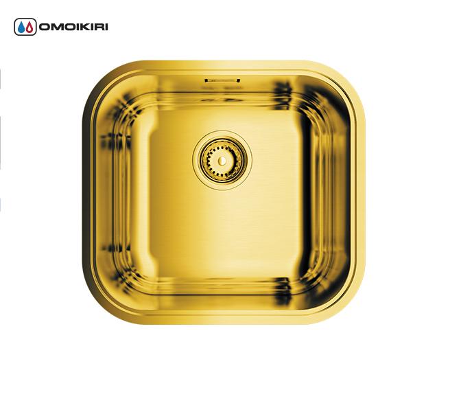 Кухонная мойка из нержавеющей стали OMOIKIRI Omi 44-АB (4993190)Кухонные мойки из нержавеющей стали<br>Кухонная мойка из нержавеющей стали OMOIKIRI Omi 44-АB (4993190)<br><br><br>Японская высококачественная хромоникелевая нержавеющая сталь сPVD покрытием.<br>Матовая полировка, устойчивая к появлению царапин.<br>Упаковка обеспечивает максимально безопасную транспортировку.<br>В комплект включены крепления, выпуск.<br>Шумоподавляющее покрытие состоит из 2-х компонентов: резиновая накладка на дне и специальный противошумный состав.<br><br><br>Комплектация:<br><br>донный клапан;<br>крепления;<br>уплотнительная прокладка.<br><br><br><br><br><br><br>Нержавеющая сталь OMOIKIRI<br>Вся нержавеющая сталь OMOIKIRI соответствует маркировке 18/8. Это аустенитная сталь содержит 18% хрома и 8% никеля, что обеспечивает ее максимальную защиту от коррозии.<br>Нержавеющая сталь OMOIKIRI подвергается уникальной обработке холодом «GOKIN»©, повышающей ее твердость и износостойкость.<br><br><br><br><br><br>PVD- и ORB-покрытия<br>Компания OMOIKIRI активно использует новейшие виды износостойких покрытий — PVD и ORB. Технология PVD заключается в напылении конденсации из паровой (газовой) фазы на исходный материал, что придает продукции твёрдость, стойкость и антиаллергические свойства. ORB-покрытие наделяет смеситель оттенком промасленной бронзы.<br><br><br><br><br><br>Кухонные мойки из нержавеющей стали OMOIKIRI при производстве проходят три этапа контроля качества:<br><br>контроль состава нержавеющей стали на соответствие стандартам содержания цветных металлов и указанной маркировке;<br>проверка качества металлических заготовок перед производством;<br>контроль качества изделий на всех этапах производства.<br><br><br><br><br><br>Руководство по монтажу<br><br><br><br>Официальный сертифицированный продавец OMOIKIRI™<br>