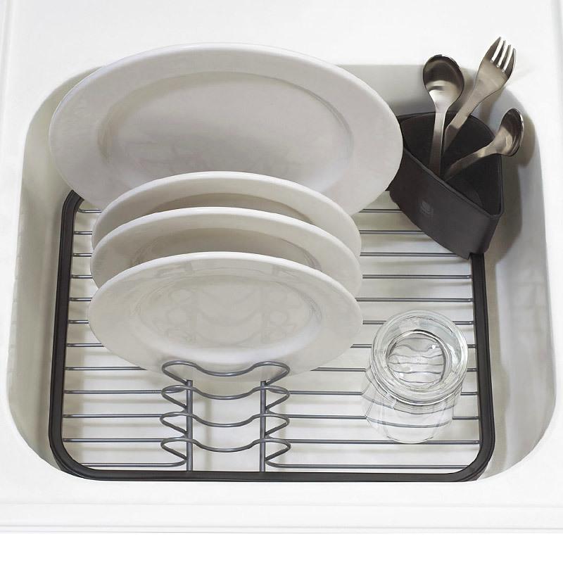 Сушилка для посуды Umbra sinkin dish серая/никель 330065-744Сушилки для посуды<br>Сушилка для посуды Umbra sinkin dish серая/никель 330065-744<br><br>Сушилка для посуды со съемной подставкой для столовых приборов. Оснащена прорезиненными ножками, чтобы не царапать поверхность раковины или стола. Главное, поставьте ее в удобное место, чтобы быстро просушить тарелки, вилки и чашки.<br>Официальный продавец<br>