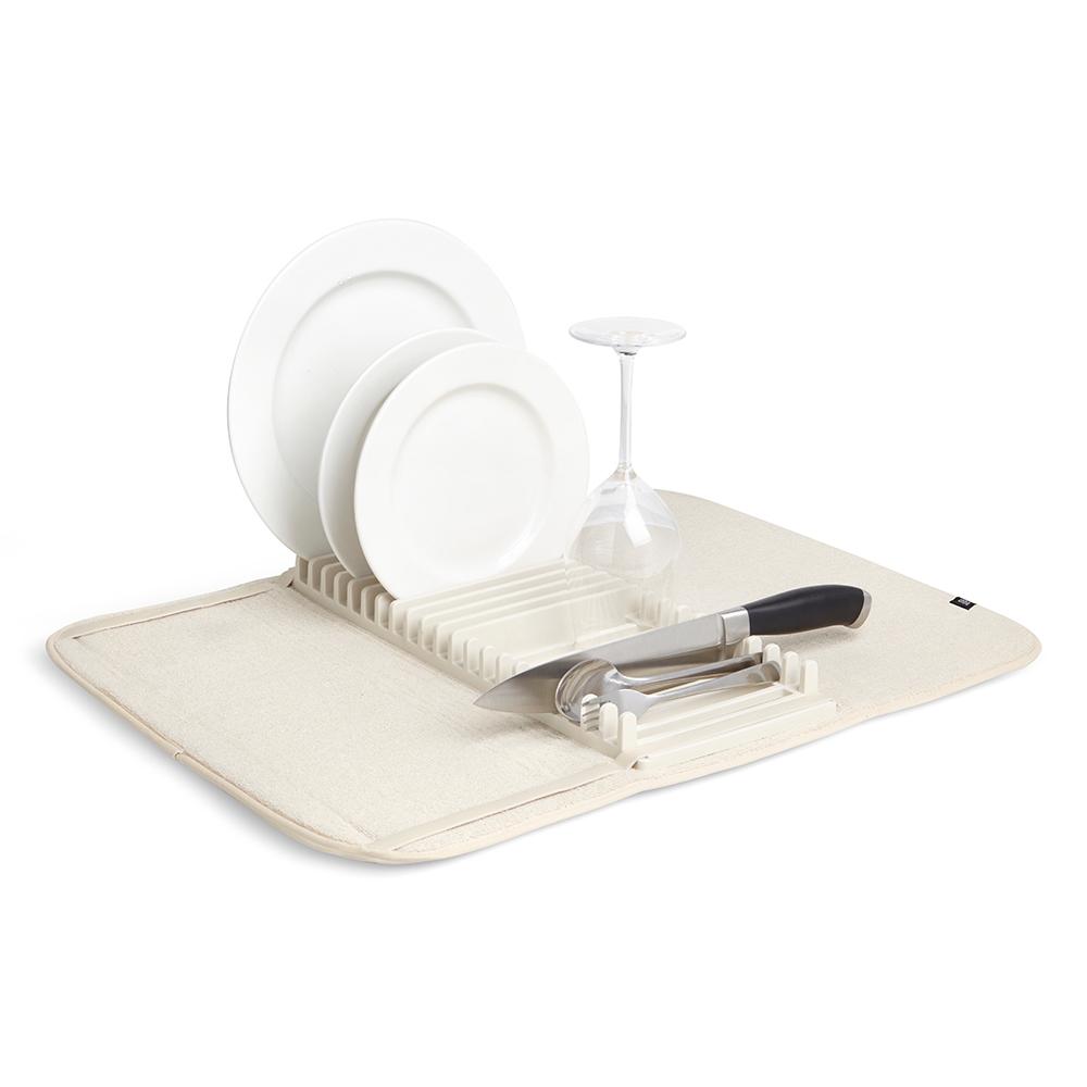 Коврик для сушки посуды Umbra UDRY экрю 330720-354Сушилки для посуды<br>Коврик для сушки посуды Umbra UDRY экрю 330720-354<br><br>Функциональный предмет 2-в-1, в котором объединены коврик и подставка для сушки посуды. Коврик удобен для сушки чашек, стаканов и глубоких мисок, а подставка — для тарелок и блюдец. Легко разбирается для удобной чистки. Для хранения компактно складывается и закрепляется с помощью эластичных завязок.Размеры в разложенном виде: 61 x 45.8 x 2.5 смДизайн: David Green<br>Официальный продавец<br>