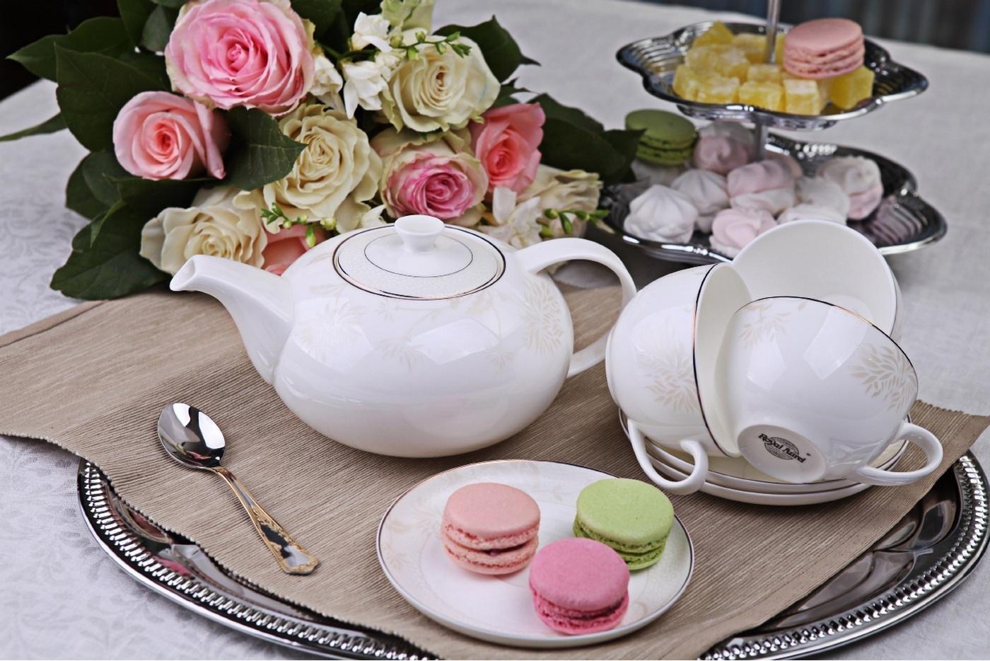 Чайный сервиз Royal Aurel Хризантема арт.113, 13 предметовЧайные сервизы<br>Чайный сервиз Royal Aurel Хризантема арт.113, 13 предметов<br><br><br><br><br><br><br><br><br><br><br>Чашка 300 мл,6 шт.<br>Блюдце 15 см,6 шт.<br>Чайник 1300 мл<br><br><br><br><br><br><br>Производить посуду из фарфора начали в Китае на стыке 6-7 веков. Неустанно совершенствуя и селективно отбирая сырье для производства посуды из фарфора, мастерам удалось добиться выдающихся характеристик фарфора: белизны и тонкостенности. В XV веке появился особый интерес к китайской фарфоровой посуде, так как в это время Европе возникла мода на самобытные китайские вещи. Роскошный китайский фарфор являлся изыском и был в новинку, поэтому он выступал в качестве подарка королям, а также знатным людям. Такой дорогой подарок был очень престижен и по праву являлся элитной посудой. Как известно из многочисленных исторических документов, в Европе китайские изделия из фарфора ценились практически как золото. <br>Проверка изделий из костяного фарфора на подлинность <br>По сравнению с производством других видов фарфора процесс производства изделий из настоящего костяного фарфора сложен и весьма длителен. Посуда из изящного фарфора - это элитная посуда, которая всегда ассоциируется с богатством, величием и благородством. Несмотря на небольшую толщину, фарфоровая посуда - это очень прочное изделие. Для демонстрации плотности и прочности фарфора можно легко коснуться предметов посуды из фарфора деревянной палочкой, и тогда мы услушим характерный металлический звон. В составе фарфоровой посуды присутствует костяная зола, благодаря чему она может быть намного тоньше (не более 2,5 мм) и легче твердого или мягкого фарфора. Безупречная белизна - ключевой признак отличия такого фарфора от других. Цвет обычного фарфора сероватый или ближе к голубоватому, а костяной фарфор будет всегда будет молочно-белого цвета. Характерная и немаловажная деталь - это невесомая прозрачность изделий из фарфора такая, что сквозь него проходит св
