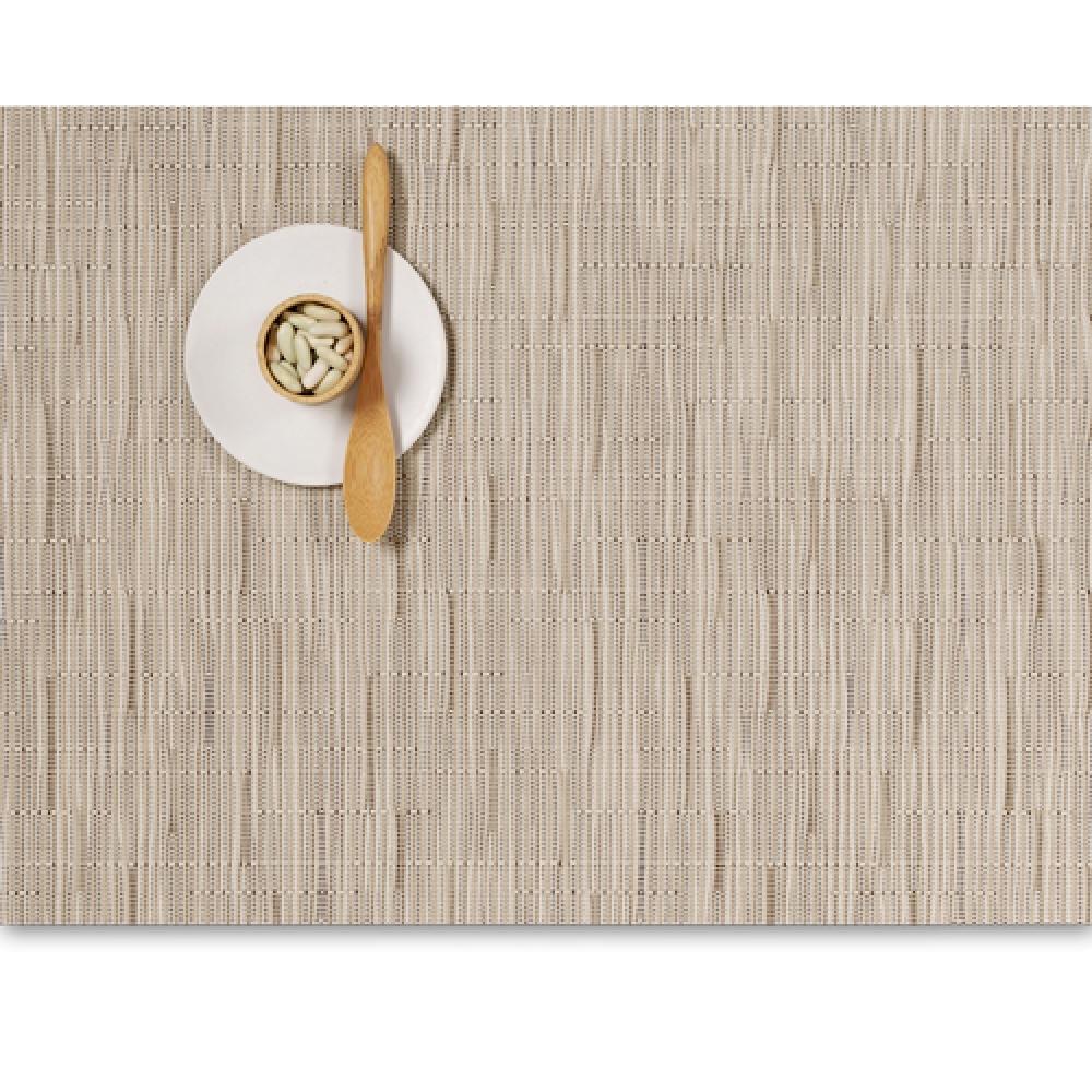 Салфетка подстановочная, жаккардовое плетение, винил, (36х48) Oat (100105-018) CHILEWICH Bamboo арт. 0025-BAMB-OATTСервировка стола<br>Салфетки и подставки для посуды от американского дизайнера Сэнди Чилевич, выполнены из виниловых нитей — современного материала, позволяющего создавать оригинальные текстуры изделий без ущерба для их долговечности. Возможно, именно в этом кроется главный секрет популярности этих стильных салфеток.<br>Впрочем, это не мешает подставочным салфеткам Chilewich оставаться достаточно демократичными, для того чтобы занять своё место и на вашем столе. Вашему вниманию предлагается широкий выбор вариантов дизайна спокойных тонов, способного органично вписаться практически в любой интерьер.<br><br>длина (см):48материал:винилпредметов в наборе (штук):1страна:СШАширина (см):36.0<br>Официальный продавец CHILEWICH<br>