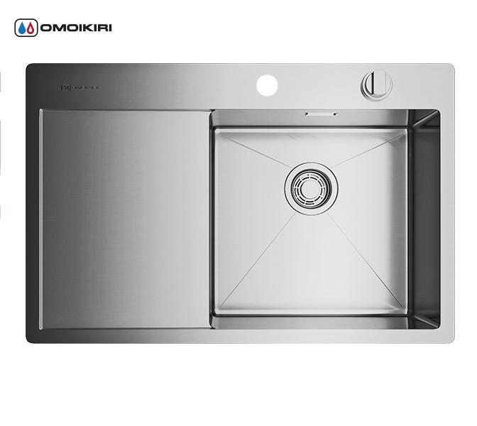 Кухонная мойка из нержавеющей стали OMOIKIRI Kirisame 78-IN-R (4993061)Кухонные мойки из нержавеющей стали<br>Кухонная мойка из нержавеющей стали OMOIKIRI Kirisame 78-IN-R (4993061)<br><br><br>Размер выреза под мойку: 760х490 мм.<br>Японская высококачественная хромоникелевая нержавеющая сталь.<br>Матовая полировка, устойчивая к появлению царапин.<br>Упаковка обеспечивает максимально безопасную транспортировку.<br>Мойка упакована в пластиковый пакет, уголки из пенопласта, картонную коробку.<br>В комплект включены крепления, выпуск.<br>Корпус мойки обработан специальным шумоподавляющим составом и дополнительными резиновыми накладками с 5-ти сторон чаши.<br><br><br>Комплектация:<br><br>автоматический донный клапан;<br>крепления;<br>сифон.<br><br><br><br><br><br><br>Нержавеющая сталь OMOIKIRI<br>Вся нержавеющая сталь OMOIKIRI соответствует маркировке 18/8. Это аустенитная сталь содержит 18% хрома и 8% никеля, что обеспечивает ее максимальную защиту от коррозии.<br>Нержавеющая сталь OMOIKIRI подвергается уникальной обработке холодом «GOKIN»©, повышающей ее твердость и износостойкость.<br><br><br><br><br><br>Кухонные мойки из нержавеющей стали OMOIKIRI при производстве проходят три этапа контроля качества:<br><br>контроль состава нержавеющей стали на соответствие стандартам содержания цветных металлов и указанной маркировке;<br>проверка качества металлических заготовок перед производством;<br>контроль качества изделий на всех этапах производства.<br><br><br><br><br><br>Руководство по монтажу<br><br><br><br>Официальный сертифицированный продавец OMOIKIRI™<br>