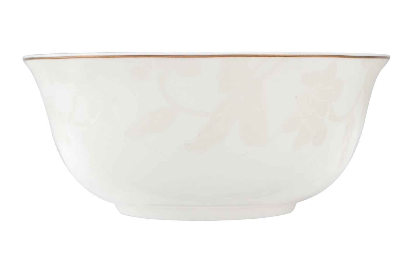 Набор из 6 салатников Royal Aurel Белый лотос (15см) арт.809Салатники<br>Набор из 6 салатников Royal Aurel Белый лотос (15см) арт.809<br>Производить посуду из фарфора начали в Китае на стыке 6-7 веков. Неустанно совершенствуя и селективно отбирая сырье для производства посуды из фарфора, мастерам удалось добиться выдающихся характеристик фарфора: белизны и тонкостенности. В XV веке появился особый интерес к китайской фарфоровой посуде, так как в это время Европе возникла мода на самобытные китайские вещи. Роскошный китайский фарфор являлся изыском и был в новинку, поэтому он выступал в качестве подарка королям, а также знатным людям. Такой дорогой подарок был очень престижен и по праву являлся элитной посудой. Как известно из многочисленных исторических документов, в Европе китайские изделия из фарфора ценились практически как золото. <br>Проверка изделий из костяного фарфора на подлинность <br>По сравнению с производством других видов фарфора процесс производства изделий из настоящего костяного фарфора сложен и весьма длителен. Посуда из изящного фарфора - это элитная посуда, которая всегда ассоциируется с богатством, величием и благородством. Несмотря на небольшую толщину, фарфоровая посуда - это очень прочное изделие. Для демонстрации плотности и прочности фарфора можно легко коснуться предметов посуды из фарфора деревянной палочкой, и тогда мы услушим характерный металлический звон. В составе фарфоровой посуды присутствует костяная зола, благодаря чему она может быть намного тоньше (не более 2,5 мм) и легче твердого или мягкого фарфора. Безупречная белизна - ключевой признак отличия такого фарфора от других. Цвет обычного фарфора сероватый или ближе к голубоватому, а костяной фарфор будет всегда будет молочно-белого цвета. Характерная и немаловажная деталь - это невесомая прозрачность изделий из фарфора такая, что сквозь него проходит свет.<br>