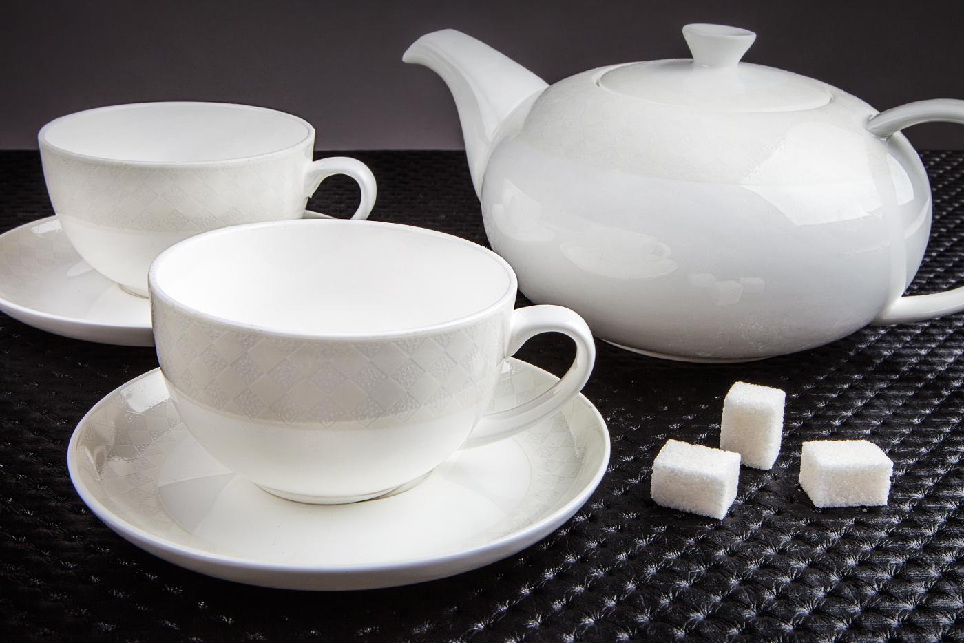 Чайный сервиз Royal Aurel Честер New арт.134new, 13 предметовЧайные сервизы<br>Чайный сервиз Royal Aurel Честер New арт.134new, 13 предметов<br><br><br><br><br><br><br><br><br><br><br>Чашка 300 мл,6 шт.<br>Блюдце 15 см,6 шт.<br>Чайник 1300 мл<br><br><br><br><br><br><br>Производить посуду из фарфора начали в Китае на стыке 6-7 веков. Неустанно совершенствуя и селективно отбирая сырье для производства посуды из фарфора, мастерам удалось добиться выдающихся характеристик фарфора: белизны и тонкостенности. В XV веке появился особый интерес к китайской фарфоровой посуде, так как в это время Европе возникла мода на самобытные китайские вещи. Роскошный китайский фарфор являлся изыском и был в новинку, поэтому он выступал в качестве подарка королям, а также знатным людям. Такой дорогой подарок был очень престижен и по праву являлся элитной посудой. Как известно из многочисленных исторических документов, в Европе китайские изделия из фарфора ценились практически как золото. <br>Проверка изделий из костяного фарфора на подлинность <br>По сравнению с производством других видов фарфора процесс производства изделий из настоящего костяного фарфора сложен и весьма длителен. Посуда из изящного фарфора - это элитная посуда, которая всегда ассоциируется с богатством, величием и благородством. Несмотря на небольшую толщину, фарфоровая посуда - это очень прочное изделие. Для демонстрации плотности и прочности фарфора можно легко коснуться предметов посуды из фарфора деревянной палочкой, и тогда мы услушим характерный металлический звон. В составе фарфоровой посуды присутствует костяная зола, благодаря чему она может быть намного тоньше (не более 2,5 мм) и легче твердого или мягкого фарфора. Безупречная белизна - ключевой признак отличия такого фарфора от других. Цвет обычного фарфора сероватый или ближе к голубоватому, а костяной фарфор будет всегда будет молочно-белого цвета. Характерная и немаловажная деталь - это невесомая прозрачность изделий из фарфора такая, что сквозь него прохо