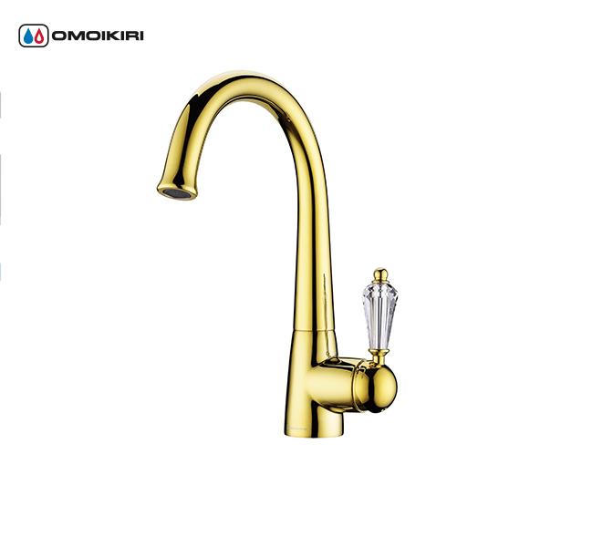 Смеситель для кухни OMOIKIRI Kanagawa-G (4994074)Классический дизайн<br>Смеситель для кухни OMOIKIRI Kanagawa-G (4994074)<br><br><br>Ручки смесителя украшены кристаллами Swarovski;<br>Высококачественная латунь без содержания свинца сохранит воду чистой и здоровой;<br>Аэратор с регулятором расхода воды произведен из специального полимерного материала, благодаря чему на нем никогда не появится известкового налета и ржавчины;<br>Коробка внутри проложена поролоном, который обеспечит сохранность изделия при транспортировке;<br>Полный набор креплений, соединительных шлангов, подробная инструкция и гарантийный талон в комплекте.<br><br>Обзор смесителей OMOIKIRI<br><br>Официальный дилер OMOIKIRI™<br>