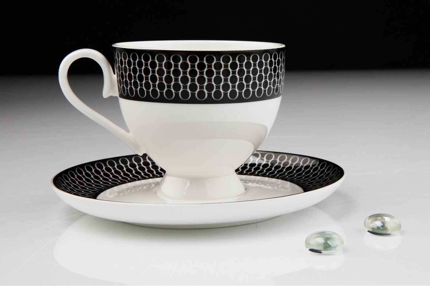 Чайный сервиз Royal Aurel Верона арт.123, 15 предметовЧайные сервизы<br>Чайный сервиз Royal Aurel Верона арт.123, 15 предметов<br><br><br><br><br><br><br><br><br><br><br>Чашка 270 мл,6 шт.<br>Блюдце 15 см,6 шт.<br>Чайник 1100 мл<br>Сахарница 370 мл<br><br><br><br><br><br><br><br><br>Молочник 300 мл<br><br><br><br><br><br><br><br><br>Производить посуду из фарфора начали в Китае на стыке 6-7 веков. Неустанно совершенствуя и селективно отбирая сырье для производства посуды из фарфора, мастерам удалось добиться выдающихся характеристик фарфора: белизны и тонкостенности. В XV веке появился особый интерес к китайской фарфоровой посуде, так как в это время Европе возникла мода на самобытные китайские вещи. Роскошный китайский фарфор являлся изыском и был в новинку, поэтому он выступал в качестве подарка королям, а также знатным людям. Такой дорогой подарок был очень престижен и по праву являлся элитной посудой. Как известно из многочисленных исторических документов, в Европе китайские изделия из фарфора ценились практически как золото. <br>Проверка изделий из костяного фарфора на подлинность <br>По сравнению с производством других видов фарфора процесс производства изделий из настоящего костяного фарфора сложен и весьма длителен. Посуда из изящного фарфора - это элитная посуда, которая всегда ассоциируется с богатством, величием и благородством. Несмотря на небольшую толщину, фарфоровая посуда - это очень прочное изделие. Для демонстрации плотности и прочности фарфора можно легко коснуться предметов посуды из фарфора деревянной палочкой, и тогда мы услушим характерный металлический звон. В составе фарфоровой посуды присутствует костяная зола, благодаря чему она может быть намного тоньше (не более 2,5 мм) и легче твердого или мягкого фарфора. Безупречная белизна - ключевой признак отличия такого фарфора от других. Цвет обычного фарфора сероватый или ближе к голубоватому, а костяной фарфор будет всегда будет молочно-белого цвета. Характерная и немаловажная деталь - это невес