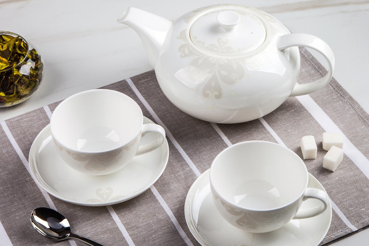 Чайный сервиз Royal Aurel Грация арт.147, 13 предметовЧайные сервизы<br>Чайный сервиз Royal Aurel Грация арт.147, 13 предметов<br><br><br><br><br><br><br><br><br><br><br>Чашка 300 мл,6 шт.<br>Блюдце 15 см,6 шт.<br>Чайник 1300 мл<br><br><br><br><br><br><br>Производить посуду из фарфора начали в Китае на стыке 6-7 веков. Неустанно совершенствуя и селективно отбирая сырье для производства посуды из фарфора, мастерам удалось добиться выдающихся характеристик фарфора: белизны и тонкостенности. В XV веке появился особый интерес к китайской фарфоровой посуде, так как в это время Европе возникла мода на самобытные китайские вещи. Роскошный китайский фарфор являлся изыском и был в новинку, поэтому он выступал в качестве подарка королям, а также знатным людям. Такой дорогой подарок был очень престижен и по праву являлся элитной посудой. Как известно из многочисленных исторических документов, в Европе китайские изделия из фарфора ценились практически как золото. <br>Проверка изделий из костяного фарфора на подлинность <br>По сравнению с производством других видов фарфора процесс производства изделий из настоящего костяного фарфора сложен и весьма длителен. Посуда из изящного фарфора - это элитная посуда, которая всегда ассоциируется с богатством, величием и благородством. Несмотря на небольшую толщину, фарфоровая посуда - это очень прочное изделие. Для демонстрации плотности и прочности фарфора можно легко коснуться предметов посуды из фарфора деревянной палочкой, и тогда мы услушим характерный металлический звон. В составе фарфоровой посуды присутствует костяная зола, благодаря чему она может быть намного тоньше (не более 2,5 мм) и легче твердого или мягкого фарфора. Безупречная белизна - ключевой признак отличия такого фарфора от других. Цвет обычного фарфора сероватый или ближе к голубоватому, а костяной фарфор будет всегда будет молочно-белого цвета. Характерная и немаловажная деталь - это невесомая прозрачность изделий из фарфора такая, что сквозь него проходит свет.<br>